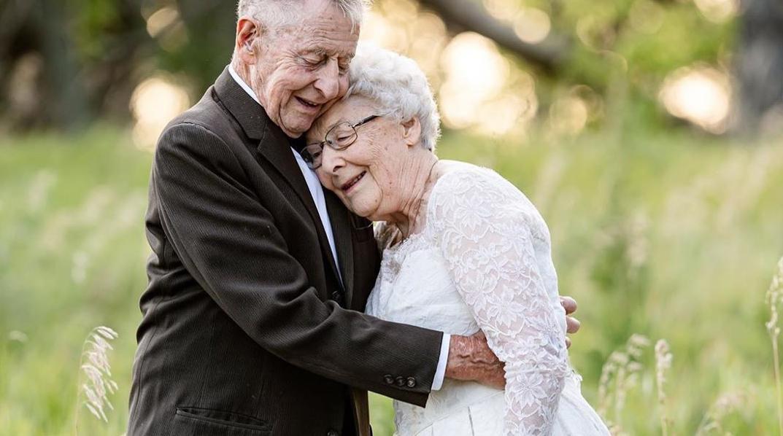 Par proslavio 60. godišnjicu braka divnom serijom fotografija: Nosili su odjevne kombinacije kao i na dan vjenčanja