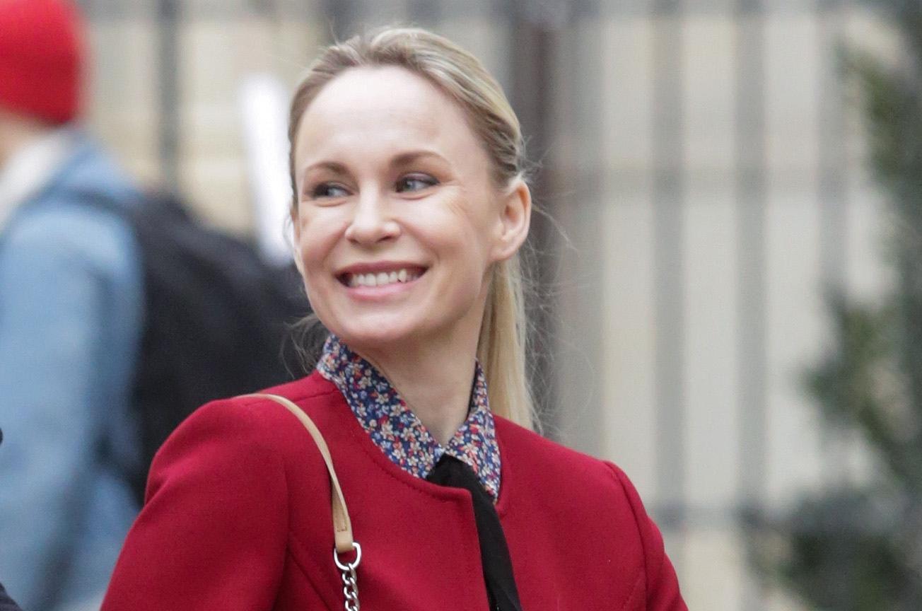 Osmijeh, crveni kaput i odvažne čizme - ona zna kako privući pozornost
