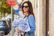 Prizor koji će vam uljepšati dan: Prekrasna dama s buketom cvijeća u kombinaciji koja nam nikad ne dosadi