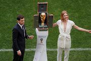 Skupocjeni brendovi i na terenu: Divna Ruskinja i prezgodan vratar predstavili trofej u dizajnerskom kovčegu