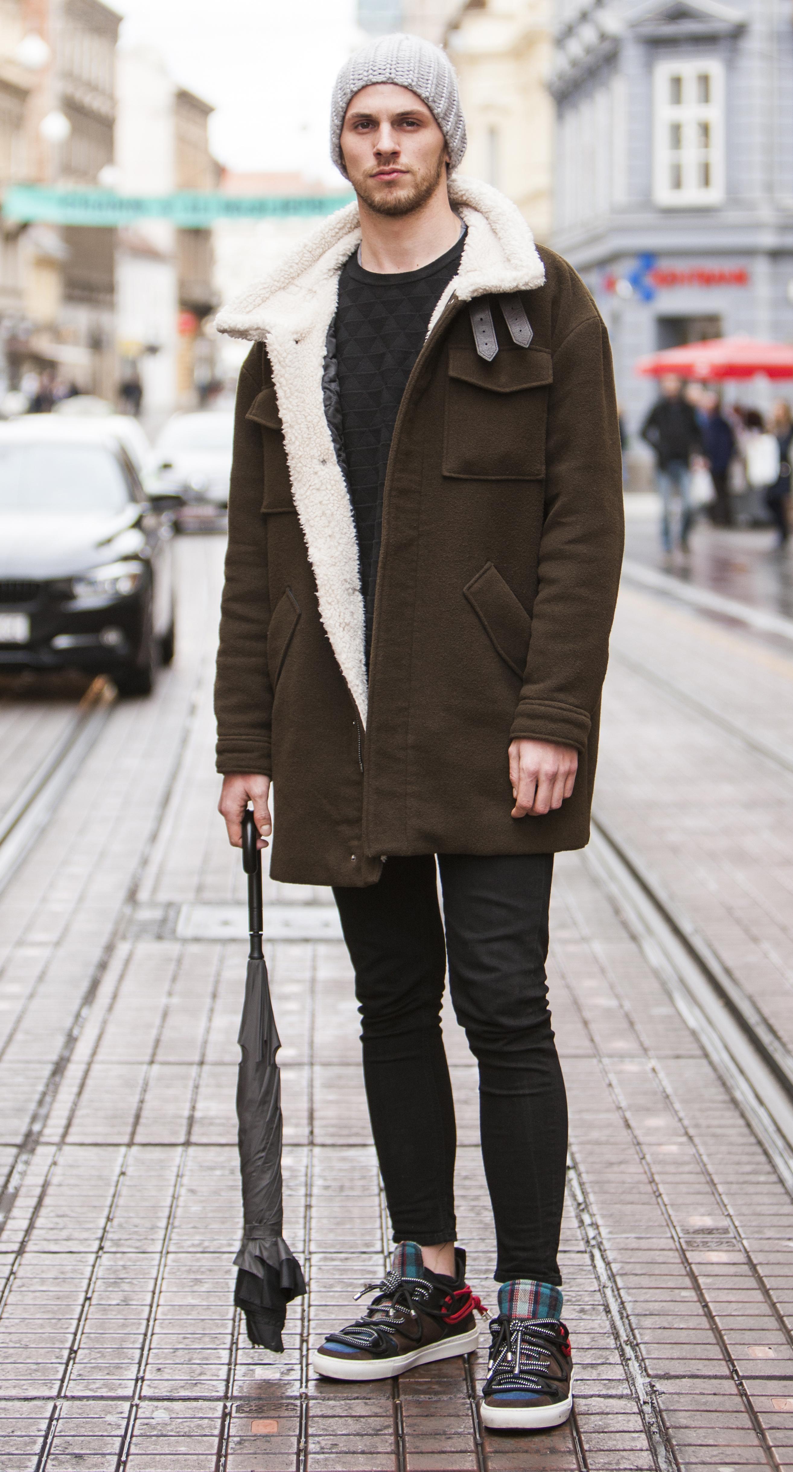 Ovaj frajer zna kako s jednostavnim komadima napraviti odličan outfit