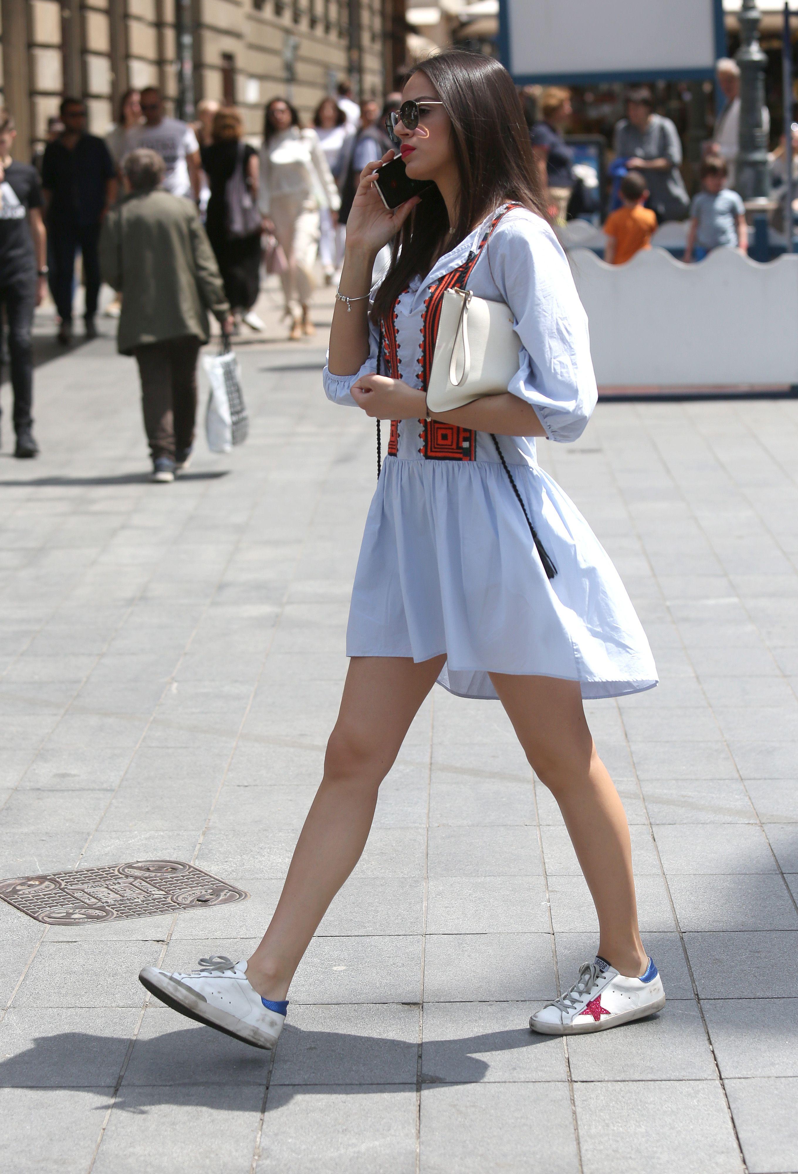 Lijepa brineta nosi odličnu proljetnu kombinaciju - haljinu i tenisice za kojima Hrvatice luduju