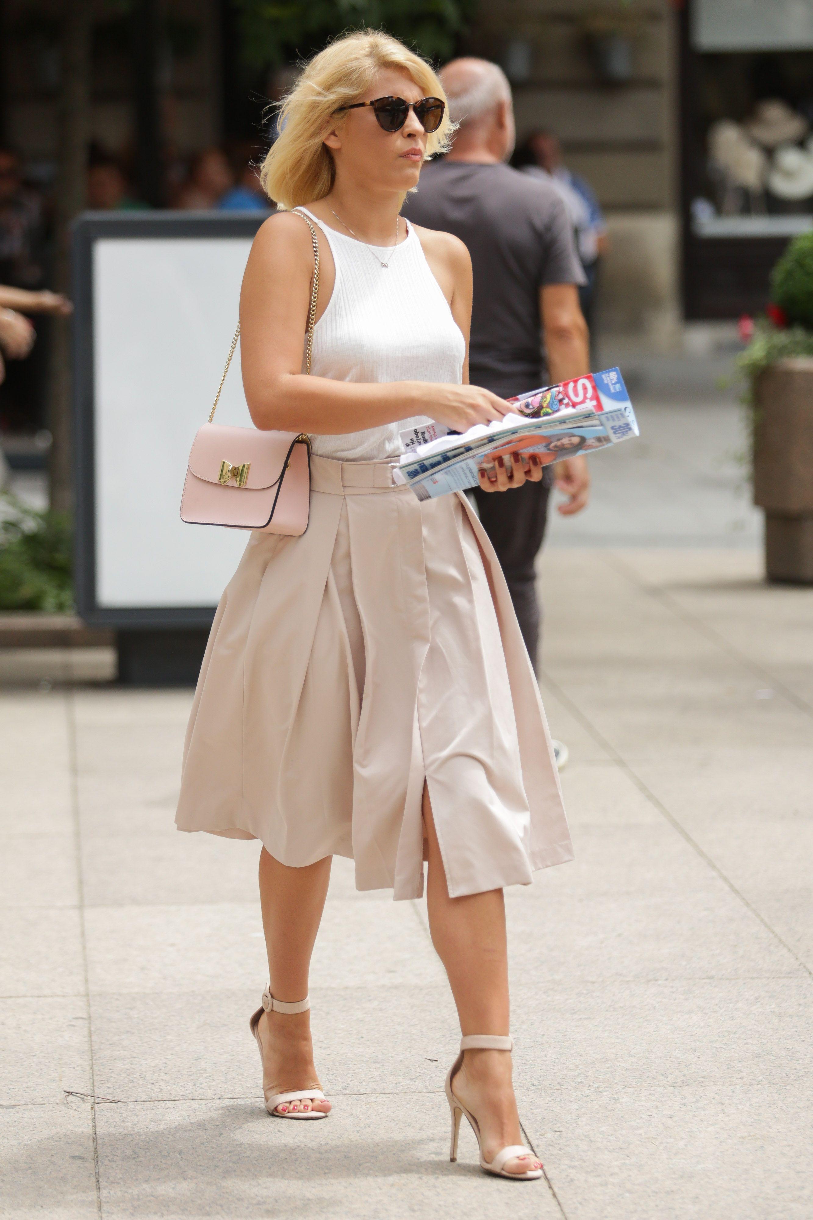 Izgleda savršeno: Prezgodna plavuša isfurala damsku eleganciju kakvu ne viđamo često!