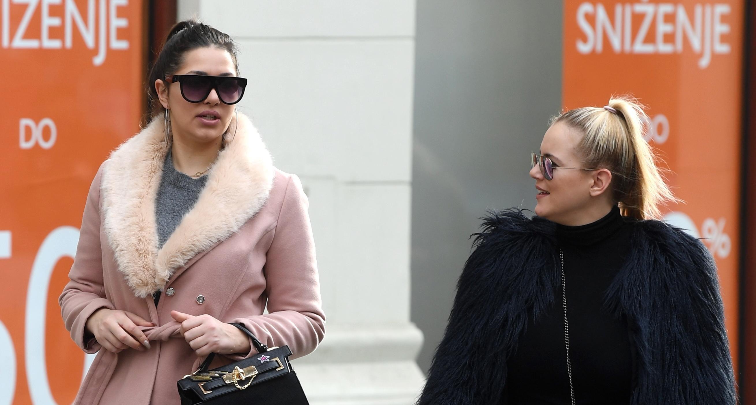 Zgodne prijateljice nose dva modela čizama između kojih se vodi najveća bitka ove zime