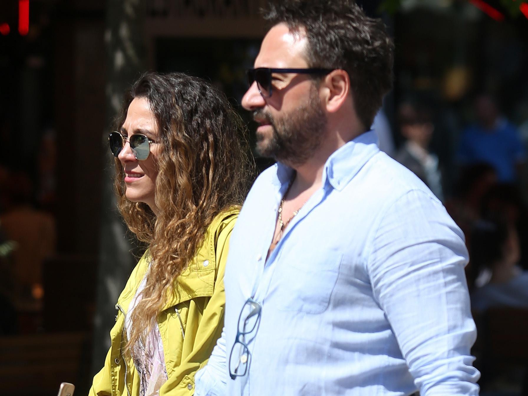 On u crvenim hlačicama, a ona u žutoj jakni: Stylish par zna koja je nepogrešiva kombinacija