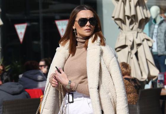 Hit kaput, bijela minica i fantastične noge: Ova atraktivna Splićanka stvarno zna ukrasti pozornost!