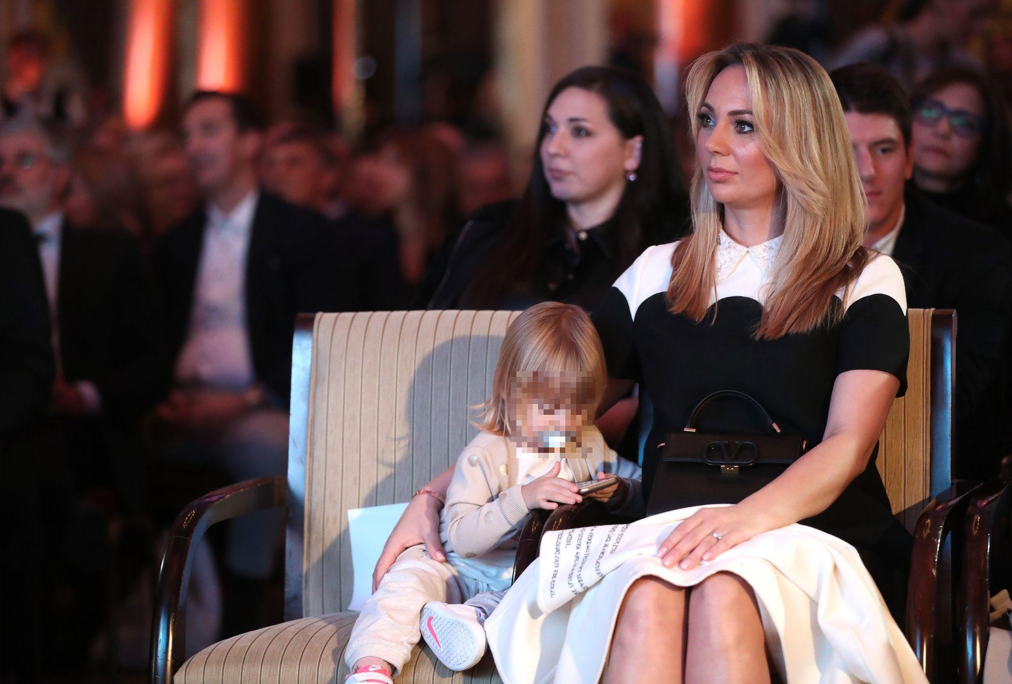 Vanja Modrić zablistala u elegantnoj crno-bijeloj haljini te pokazala dizajnersku torbicu