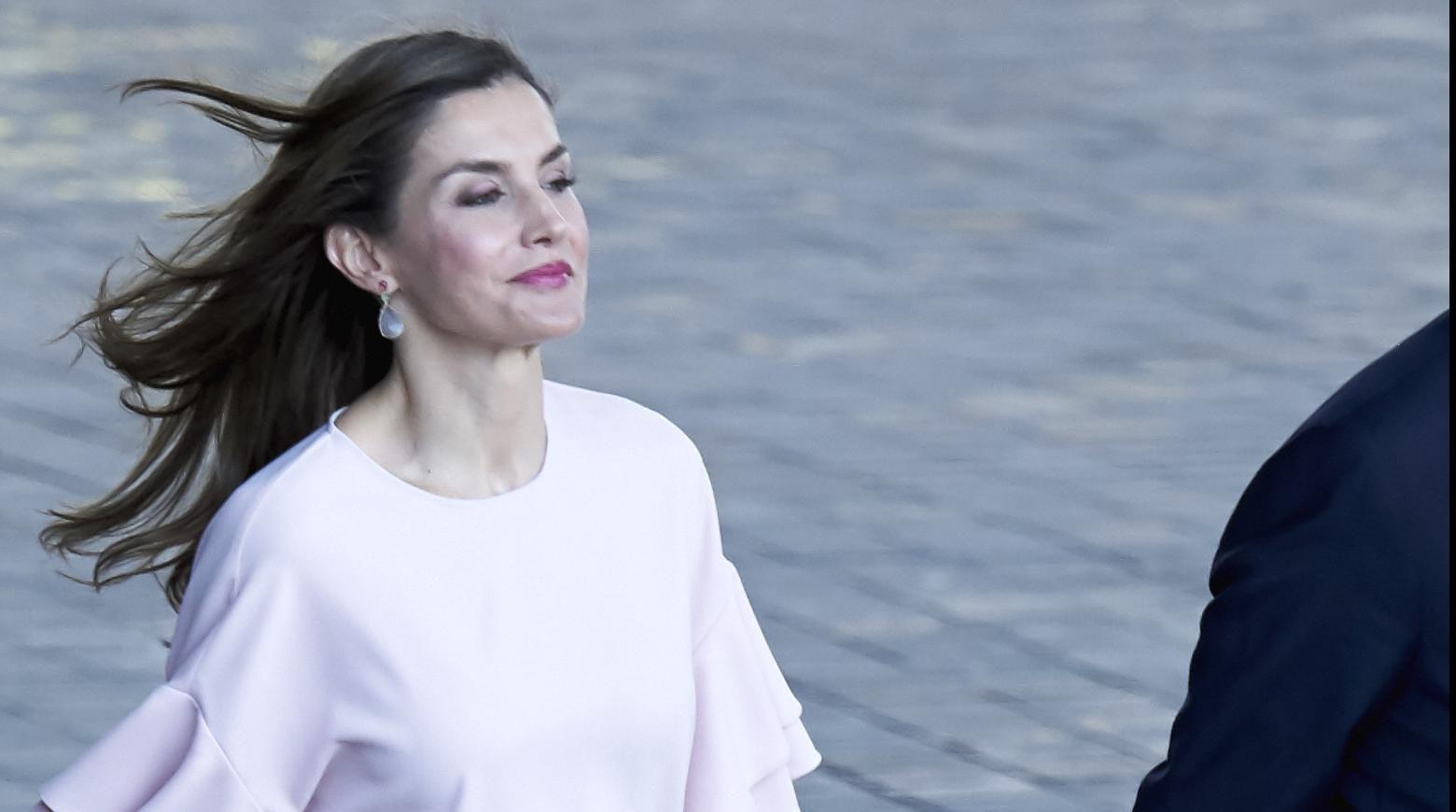 Kraljica Letizia odjenula majicu od 200 kuna, a mi znamo gdje je možete kupiti već danas!
