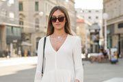 Zgodna studentica prava nosi odličnu ljetnu kombinaciju - bijelu tuniku i kratke hlačice!