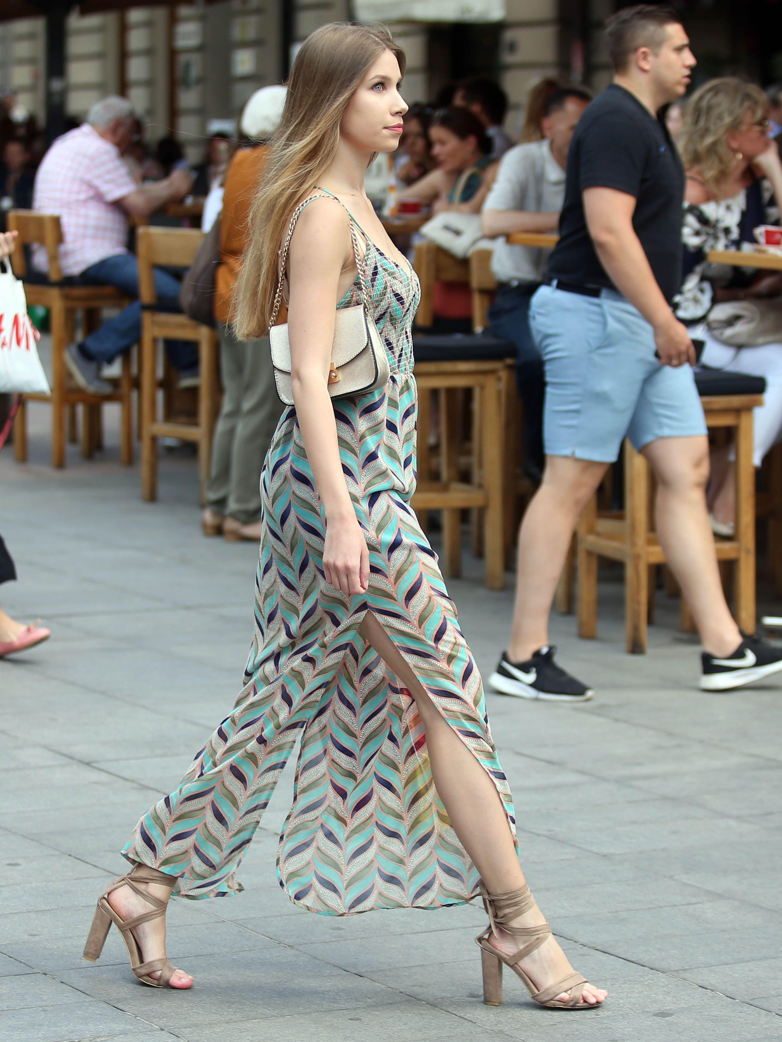 Prirodna ljepotica: Divna plavuša prošetala gradom u pravoj ljetnoj kombinaciji