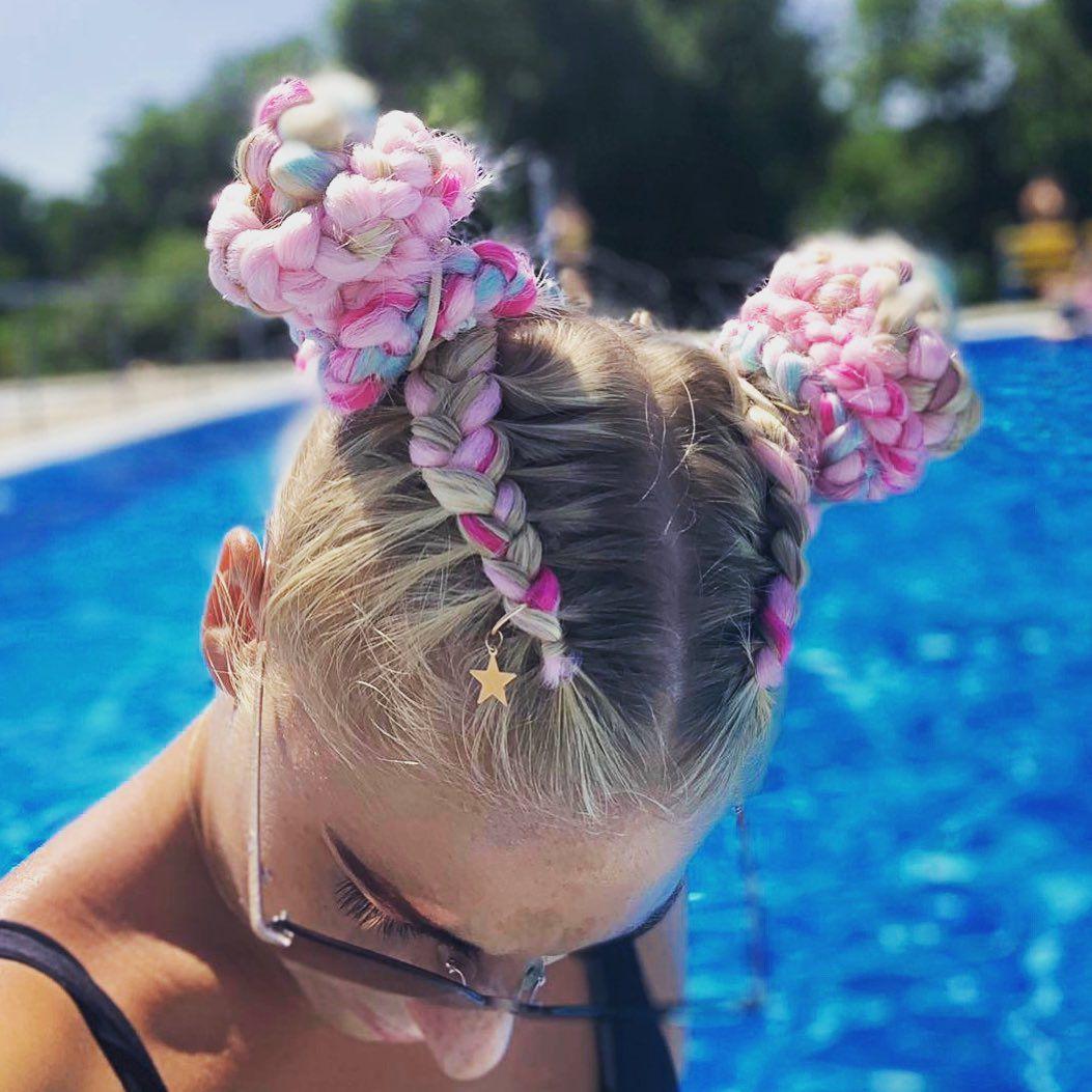Ljetni trend: Ove godine u kosi se nose pletenice u bojama!