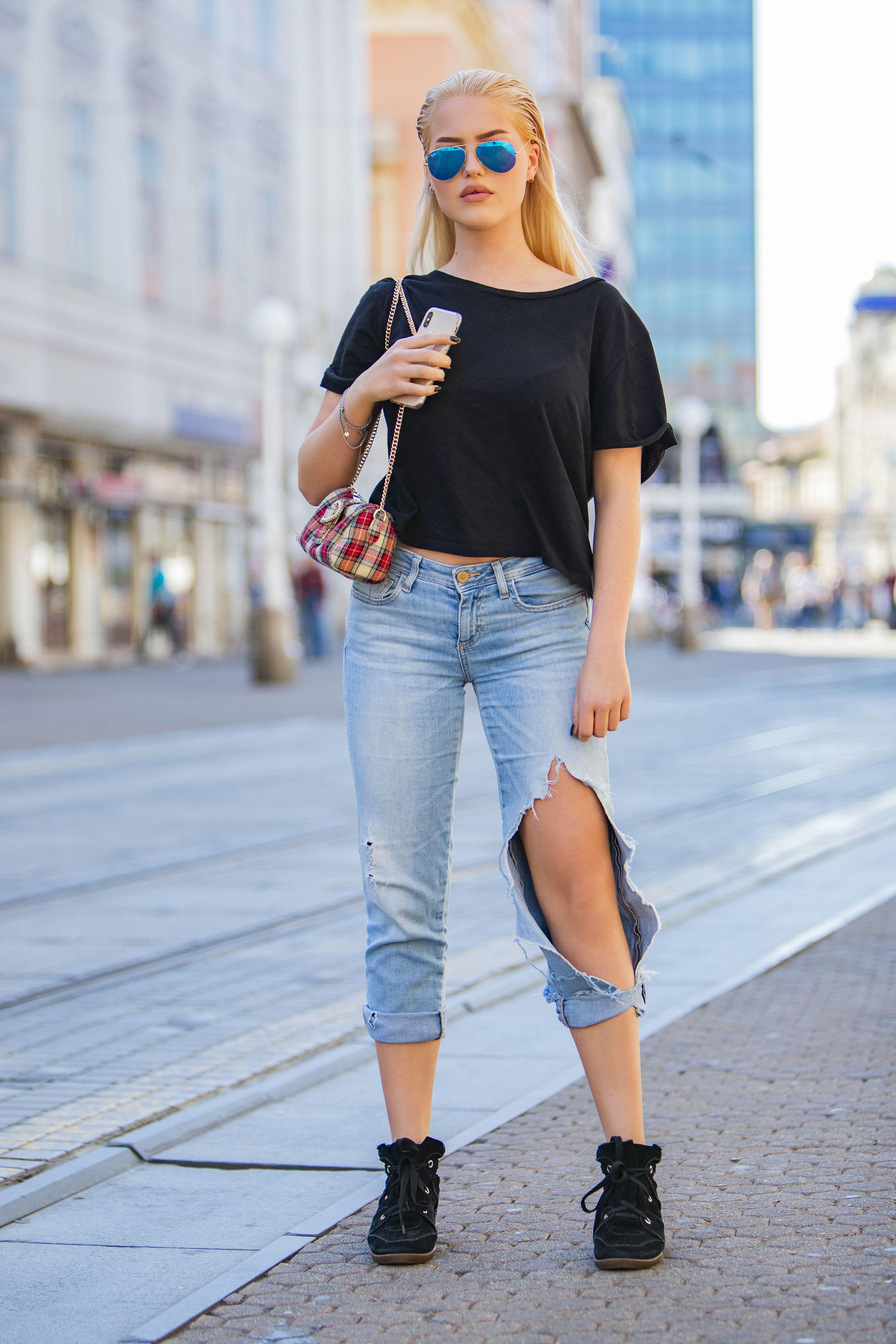 Jednostavno i cool: Ultrapoderane traperice ovoj ljepotici stoje baš dobro!