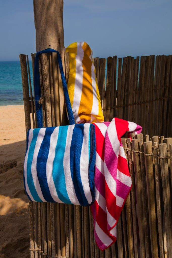 Metalik odsjaji i šareni pomponi najnovijih torbi za plažu