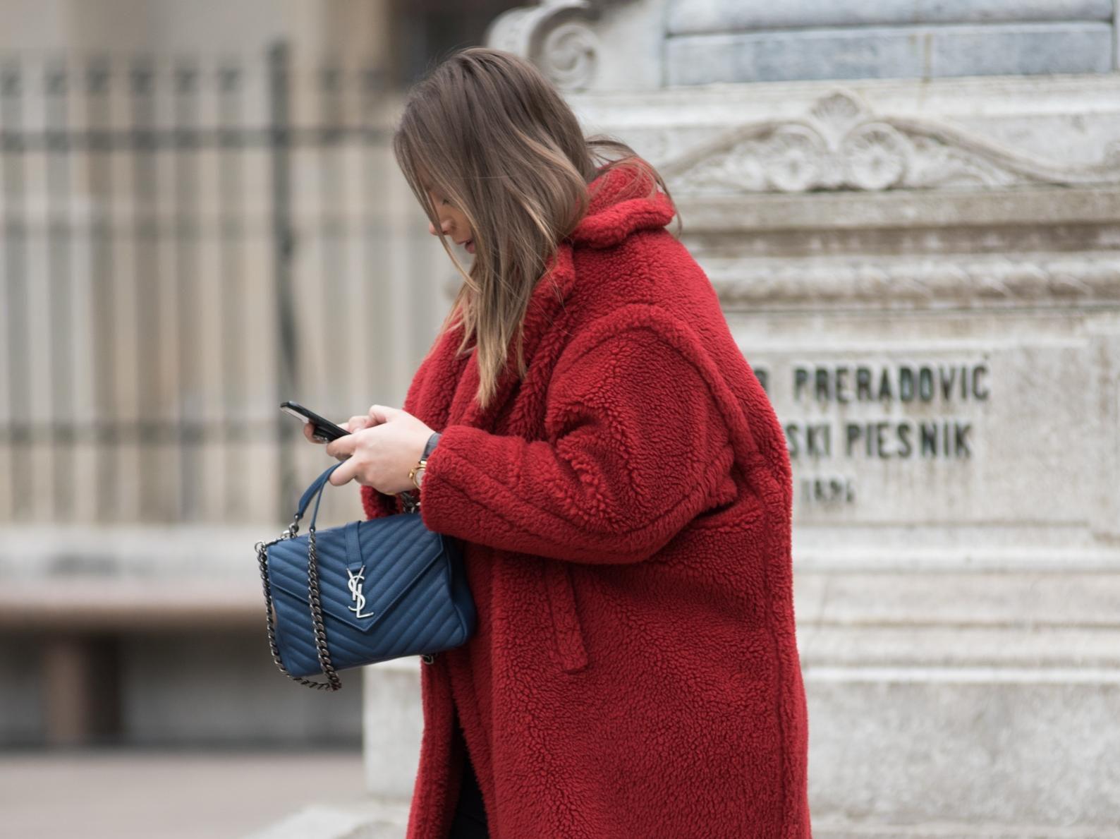 Ova trendseterica nosi omražene tenisice, ali i dizajnersku torbicu koja se mnogima nalazi na listi želja