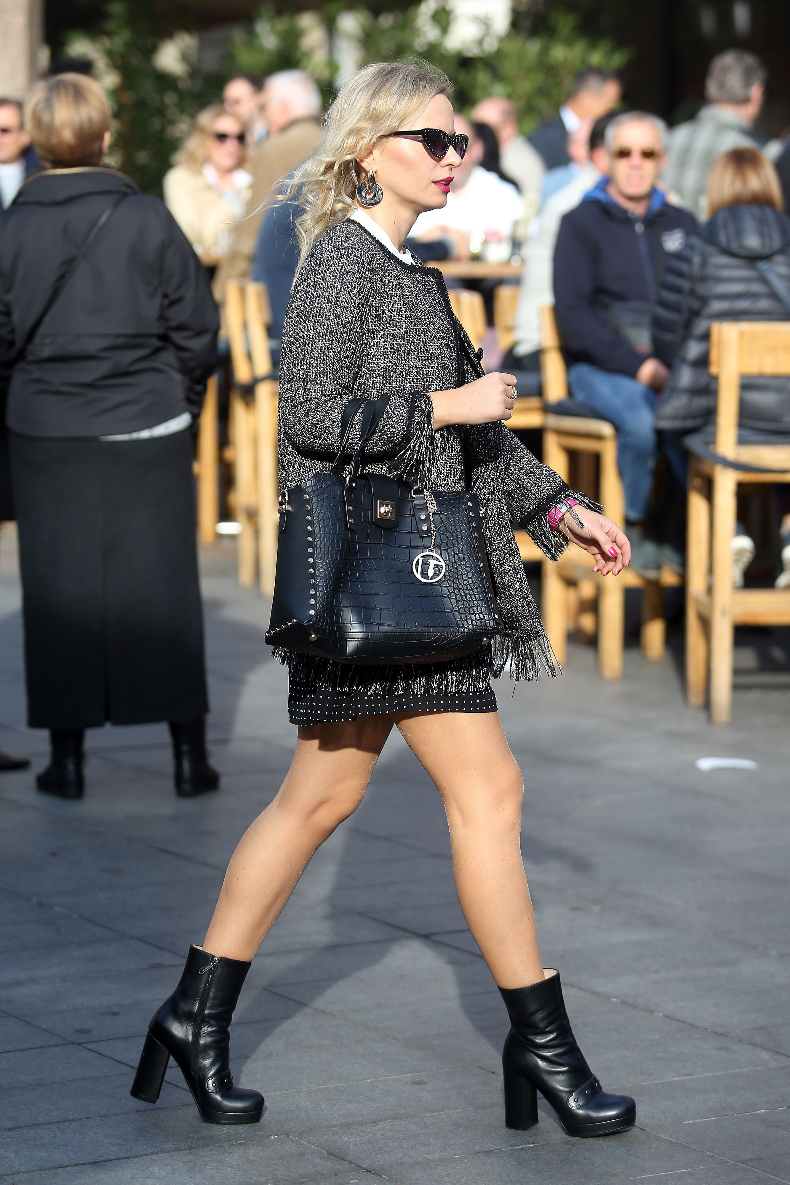 Minica, gole noge i glomazne čizme - formula atraktivna plavuše za jesenski outfit je jednostavna i trendi