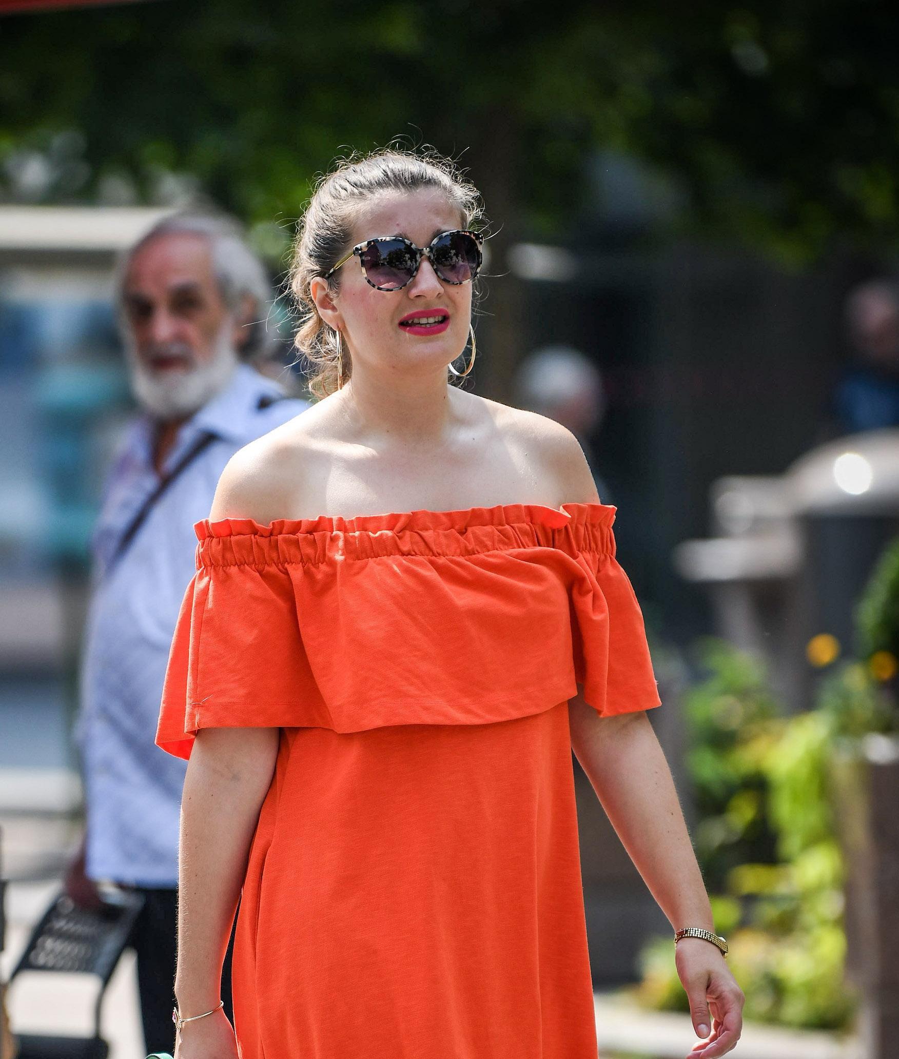 Njene trendi sandale, kratka haljina i cool torbica su za čistu peticu!