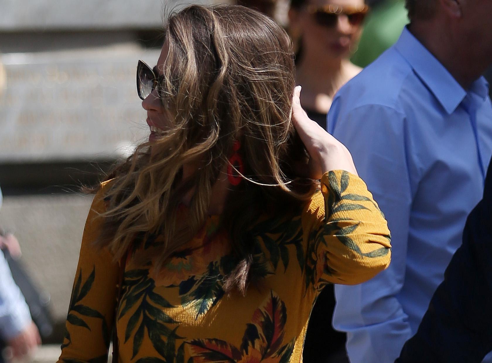 Bujna kosa, cvjetna haljina i odlična linija: Brineta ukrala sve poglede na špici