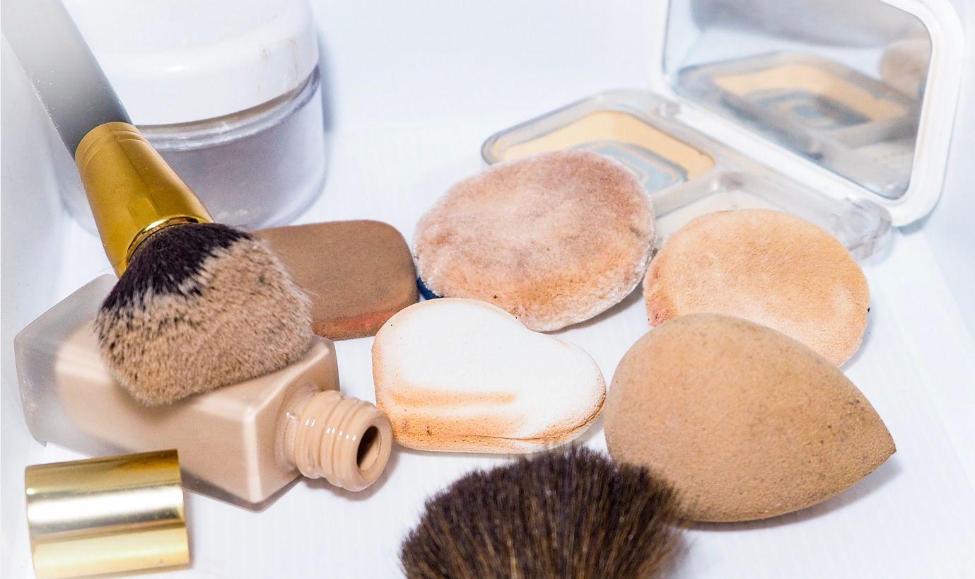 Plijesan i bakterije stvaraju se u kozmetičkim torbicama, a stručnjaci objašnjavaju kako to spriječiti