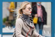 Ljepotica na romobilu nosi omražen model čizama koji će, ako je suditi prema street styleu, i ove zime biti veliki hit