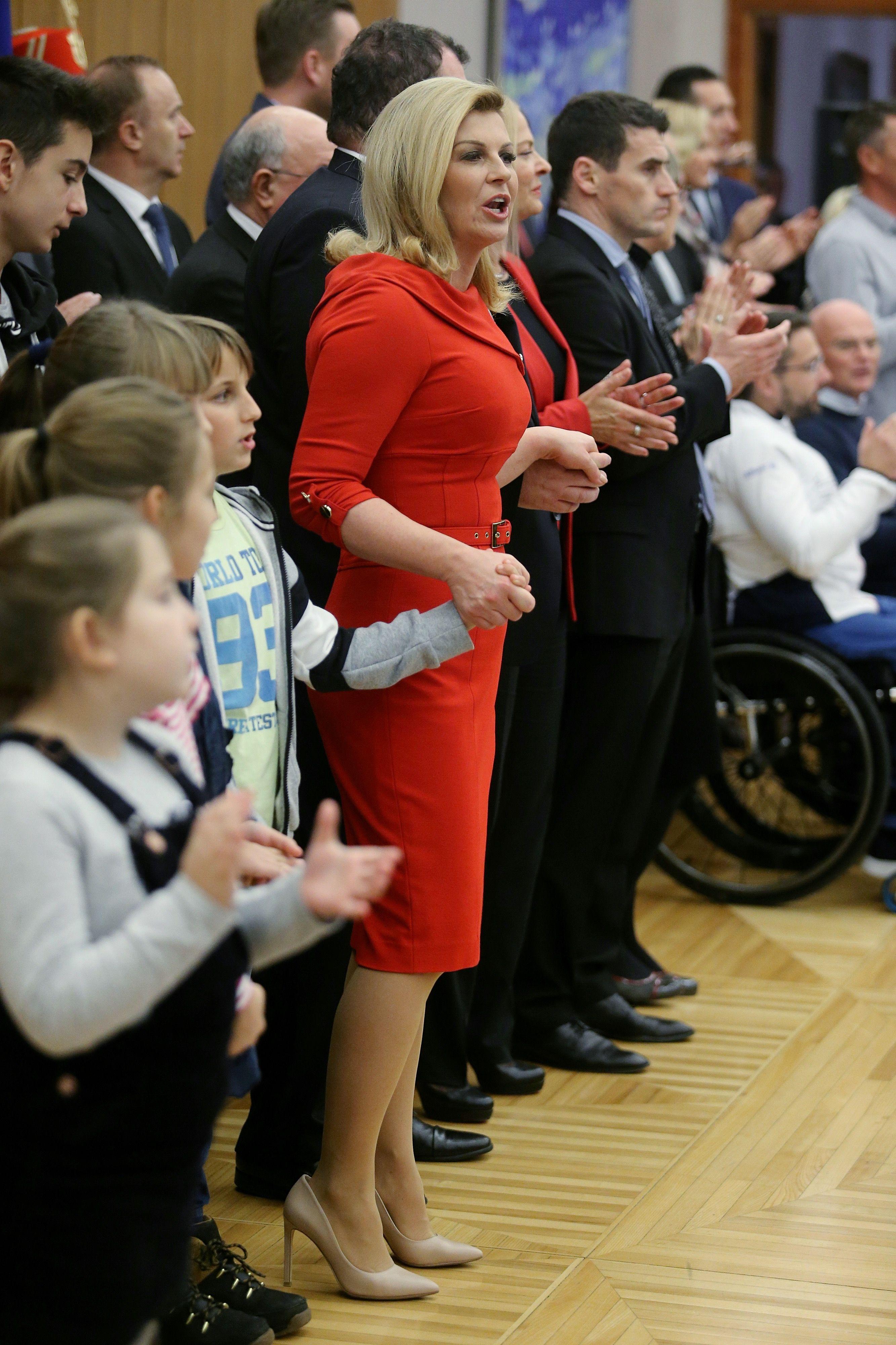 Predsjednica bira vatrenu crvenu: Odabrala usku haljinu i remenom istaknula struk