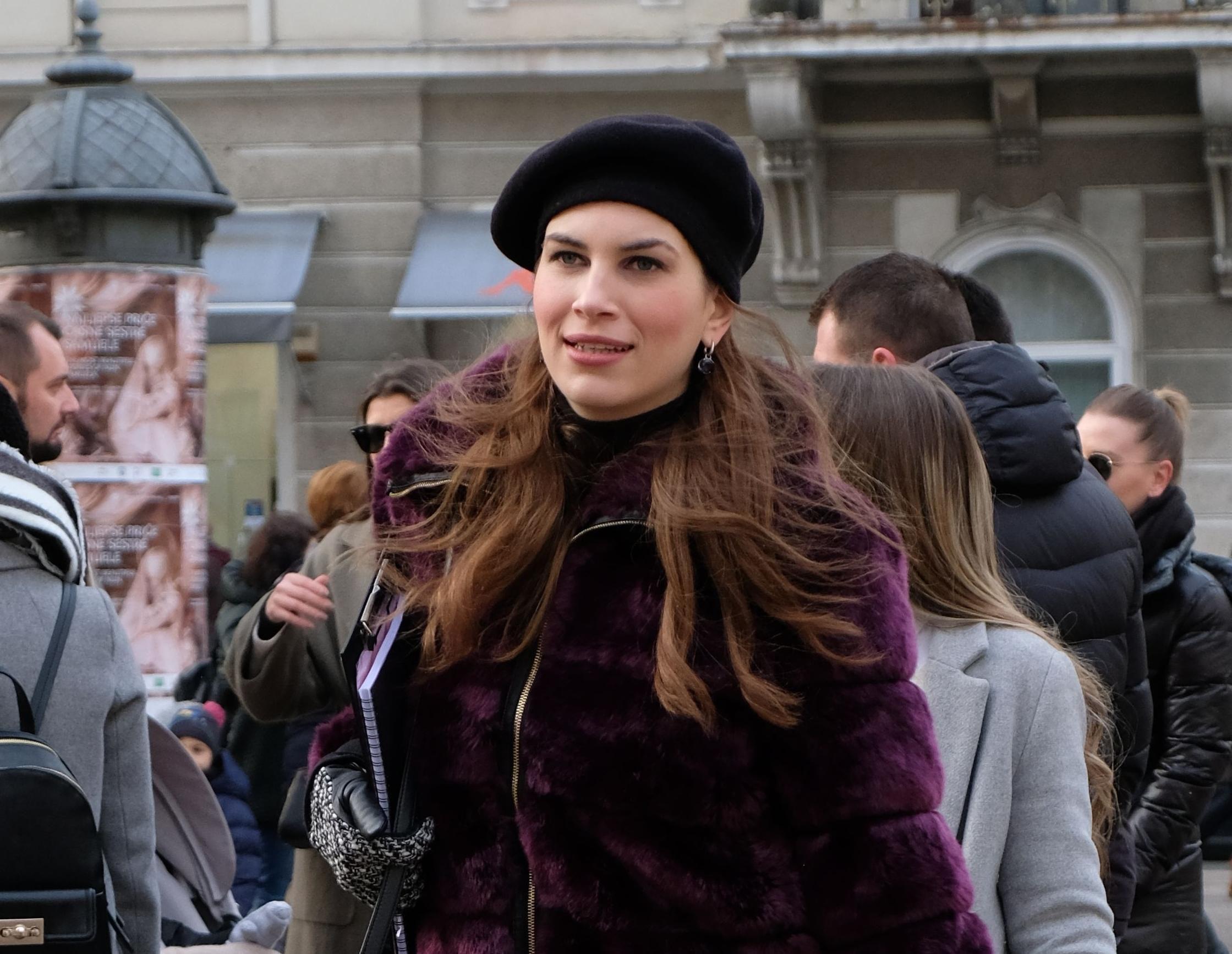 Naša atraktivna glumica prošetala je gradom u odličnoj zimskoj kombinaciji
