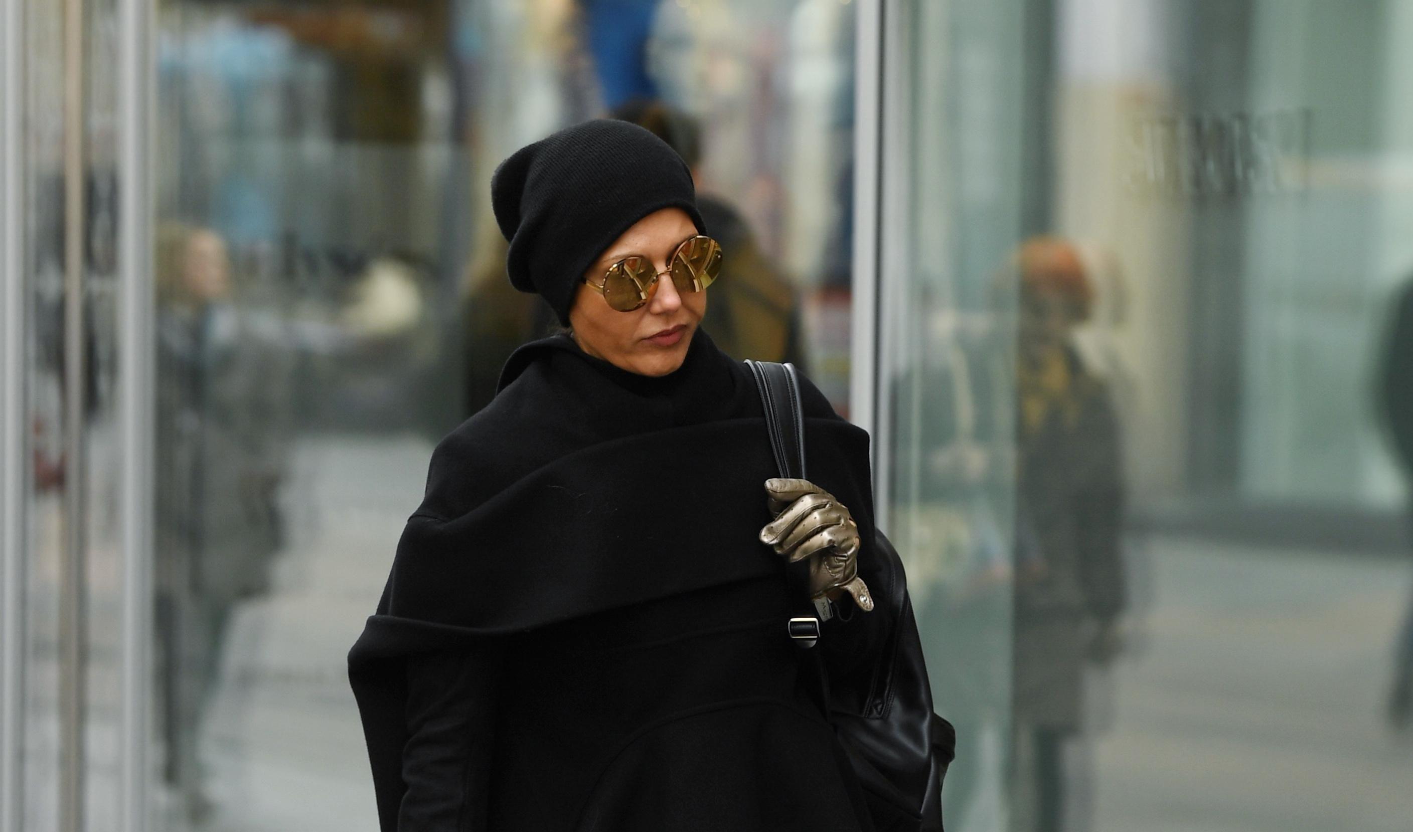 Frajerica u crnom od glave do pete: Kožnate hlače i cool naočale za čistu peticu