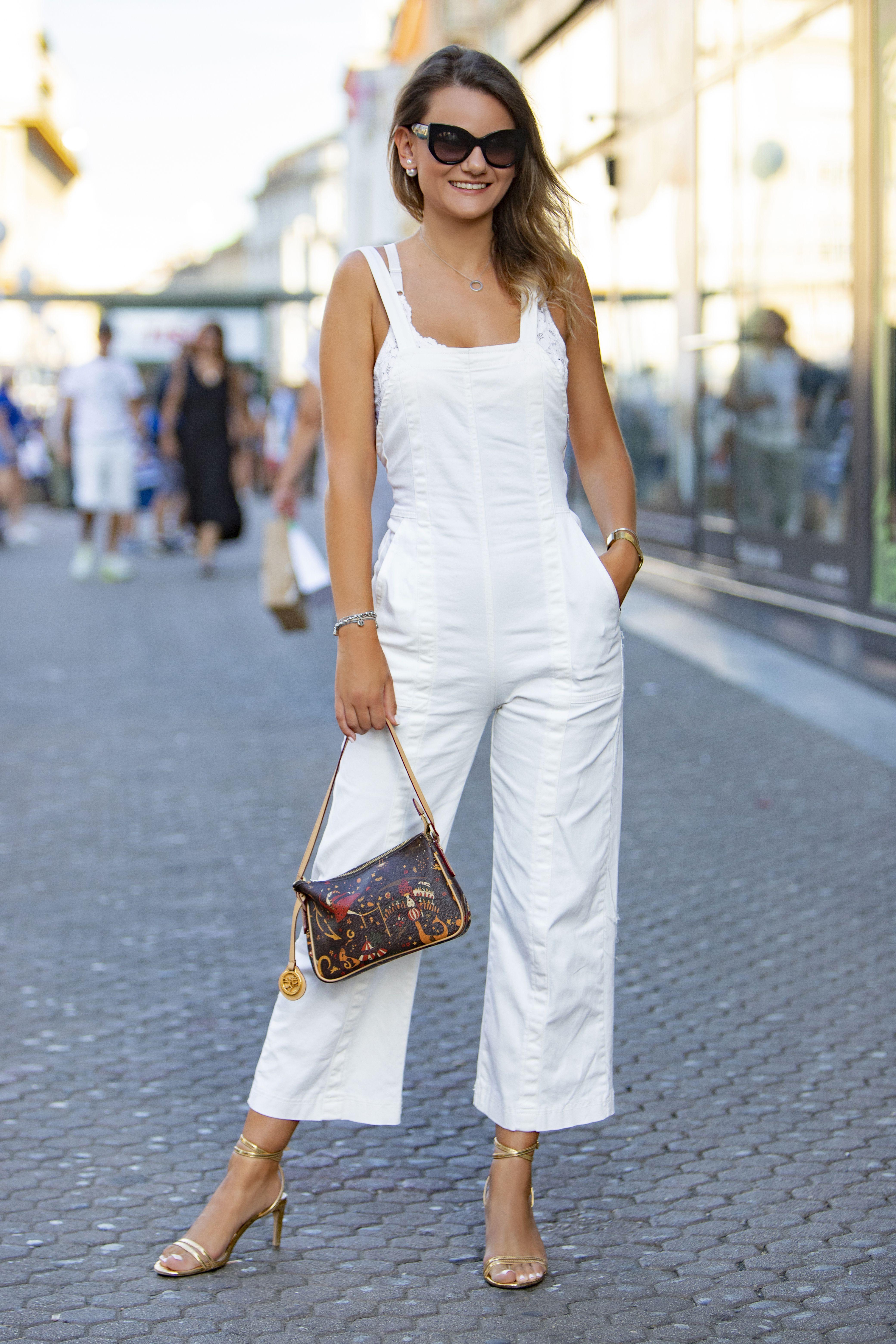 Bijeli kombinezon i visoke potpetice ovoj dami stoje odlično!