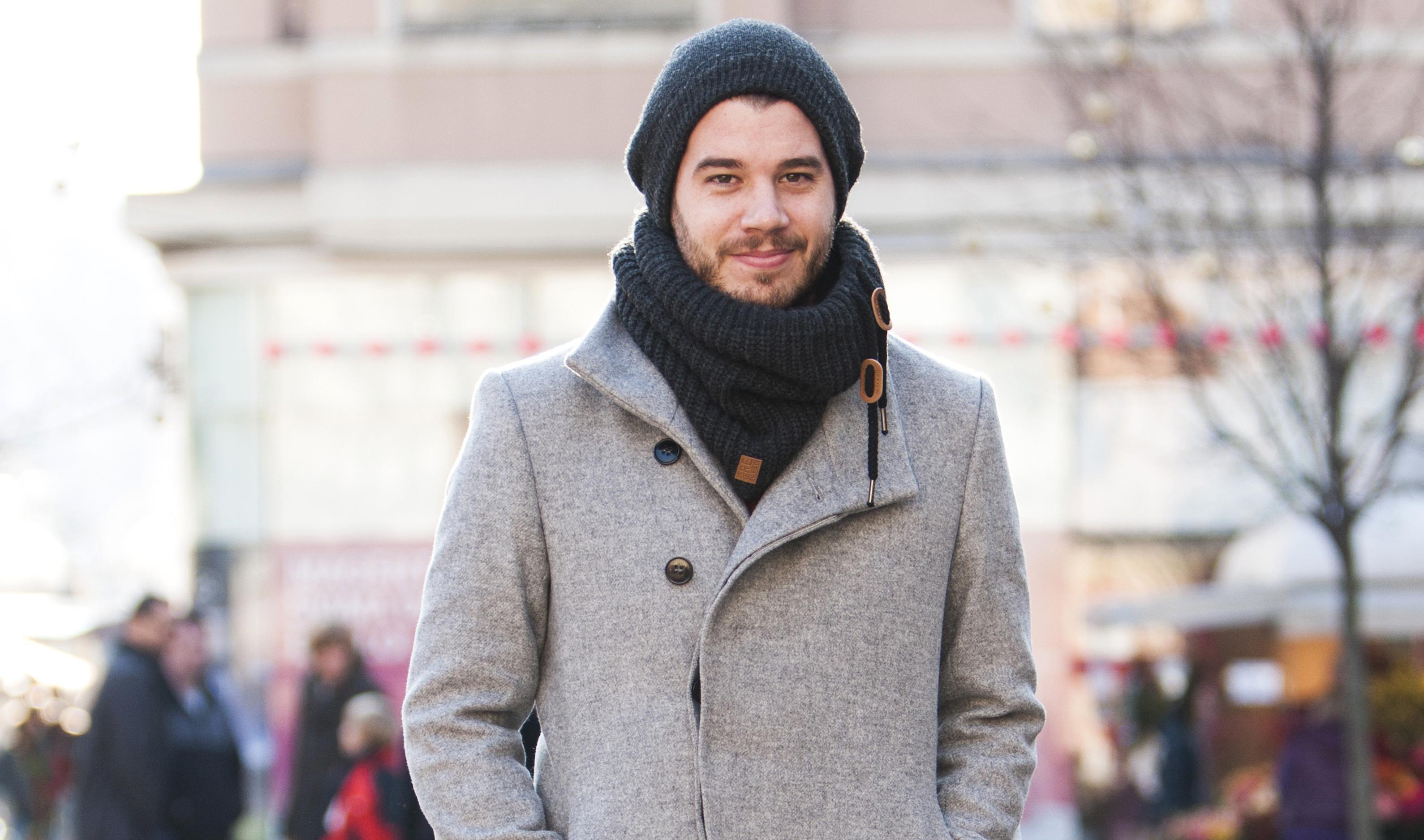 On tvrdi kako ne voli kapute, no pogledajte kako mu ovaj dobro stoji!