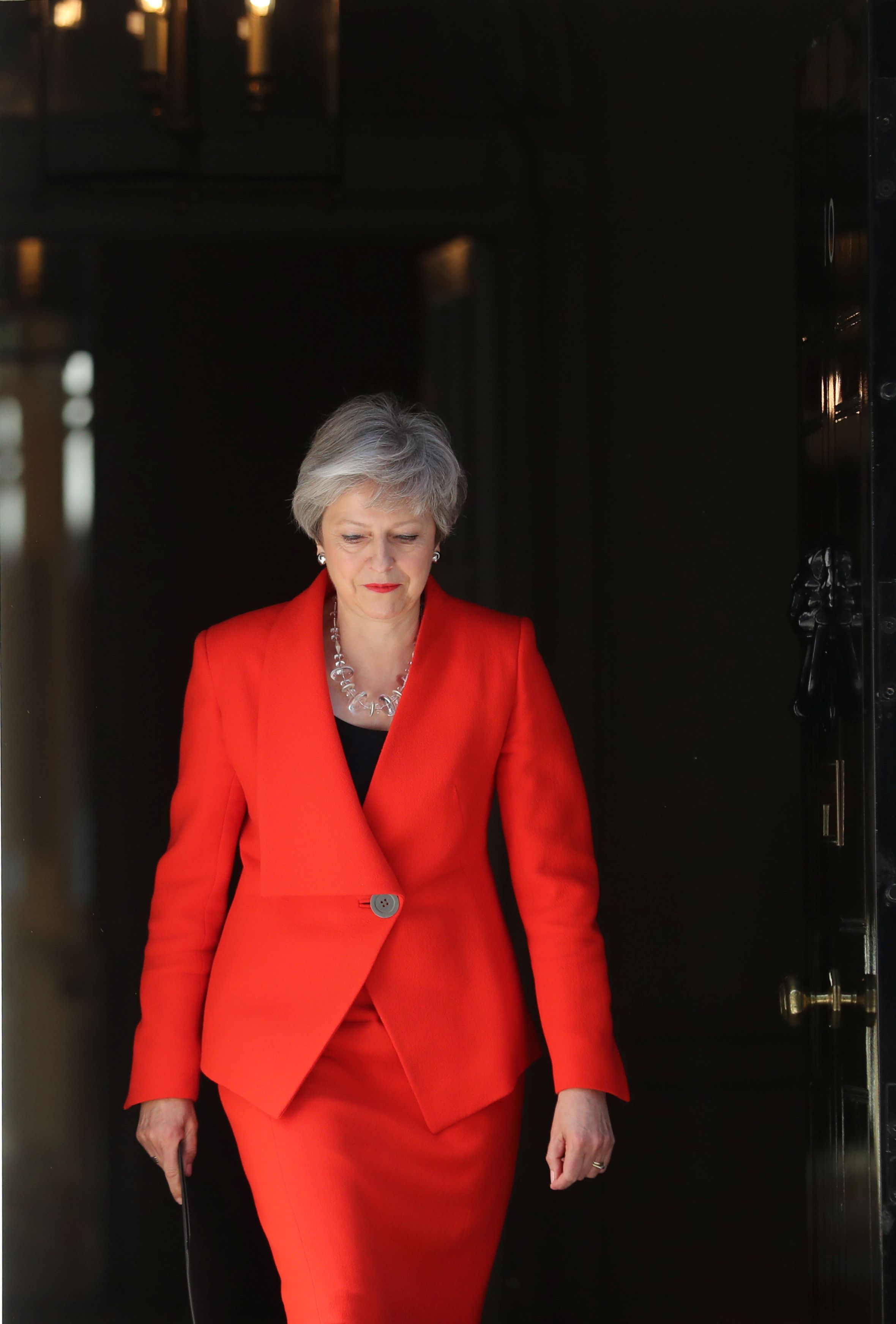 Theresa May: Crveni kostim za upečatljivu ostavku koja se ne zaboravlja
