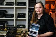 Ana je od stana u kojem živi napravila mali arhiv: Ima 300-400 knjiga, 60 pisaćih mašina, još više fotoaparata...