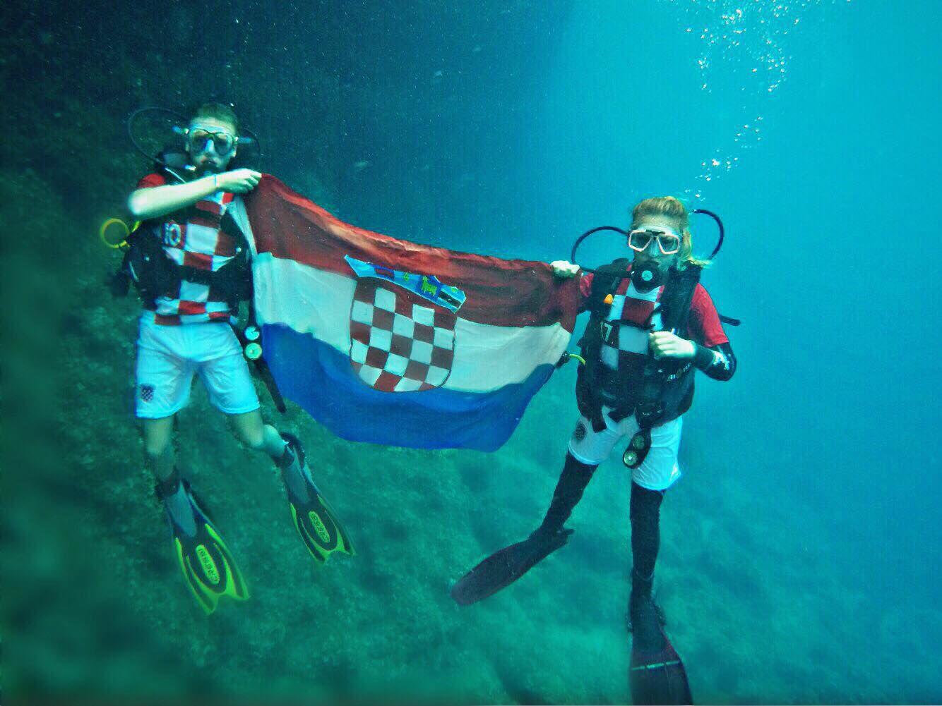Navijačka euforija ne prestaje, a ove legende navijale su pod morem!
