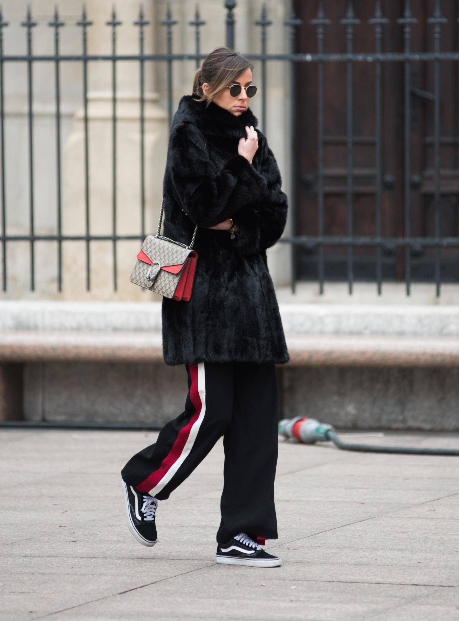 Stil ove ljepotice jednostavno obožavamo, a trendi torbu poput njene želimo u svom ormaru!