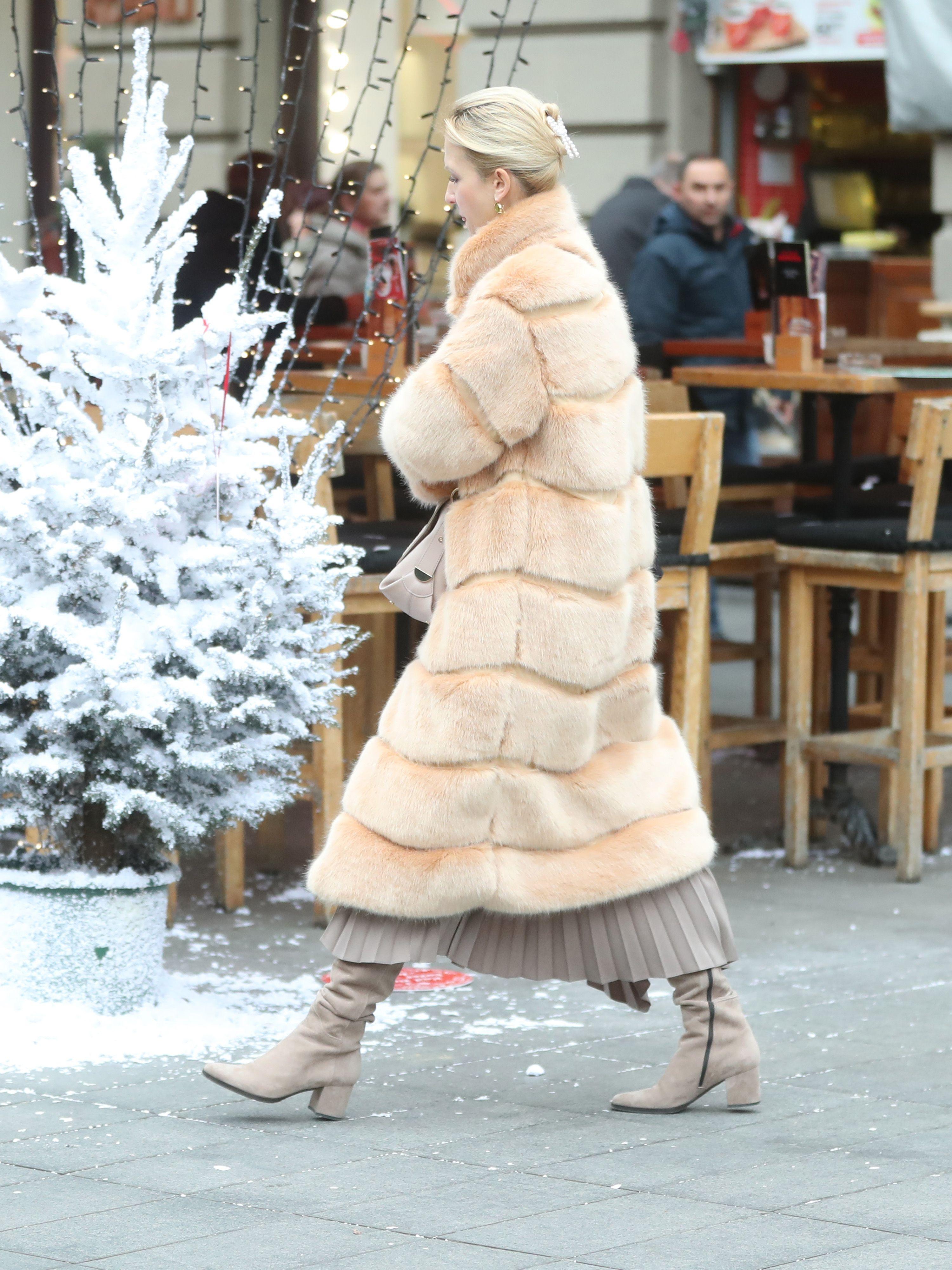 Dama u krznenoj bundi pokazala je kako i zimski outfiti mogu biti izrazito elegantni