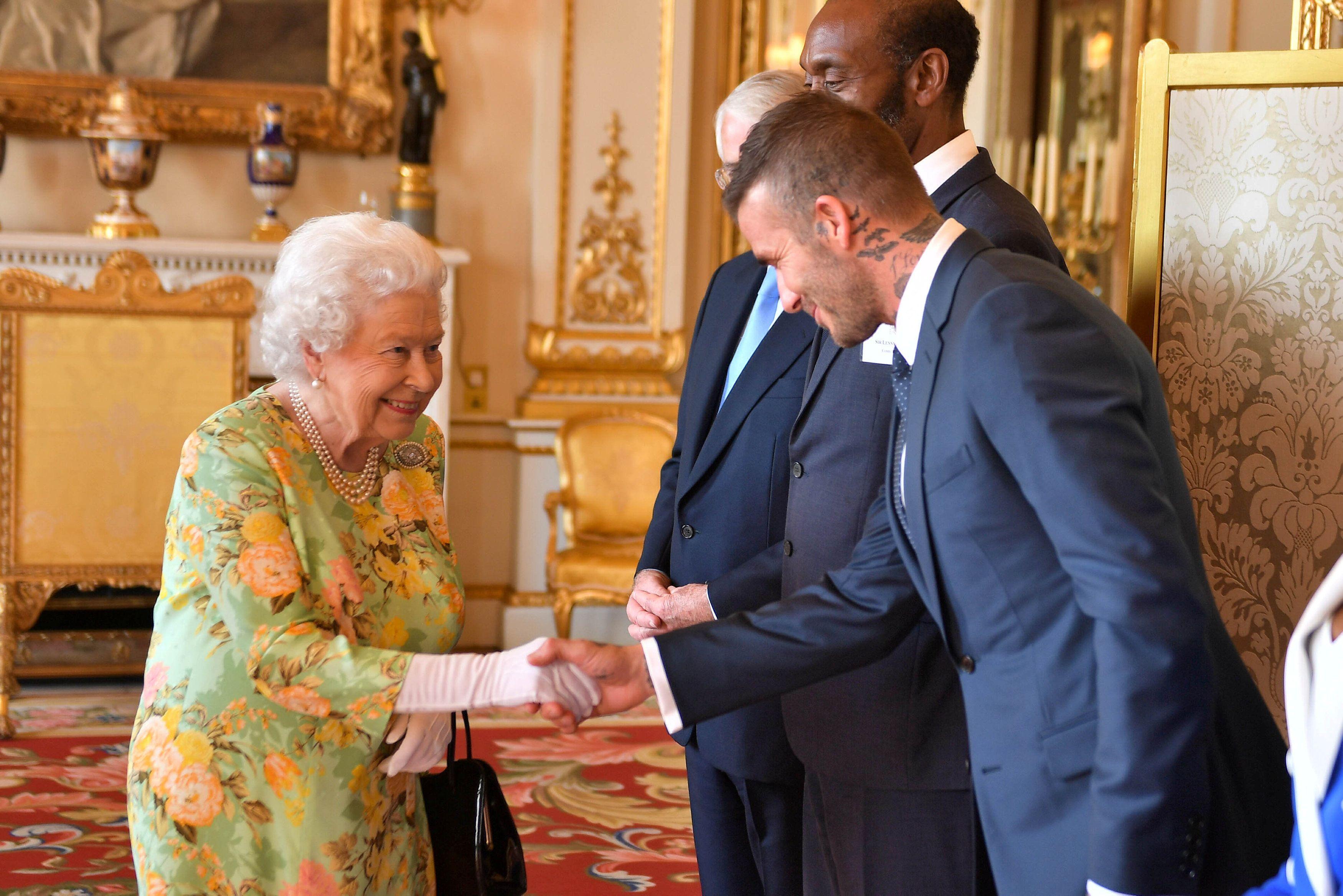 """""""Beckham-efekt"""": Pogledajte kako se kraljica Elizabeta smiješi prezgodnom nogometašu"""