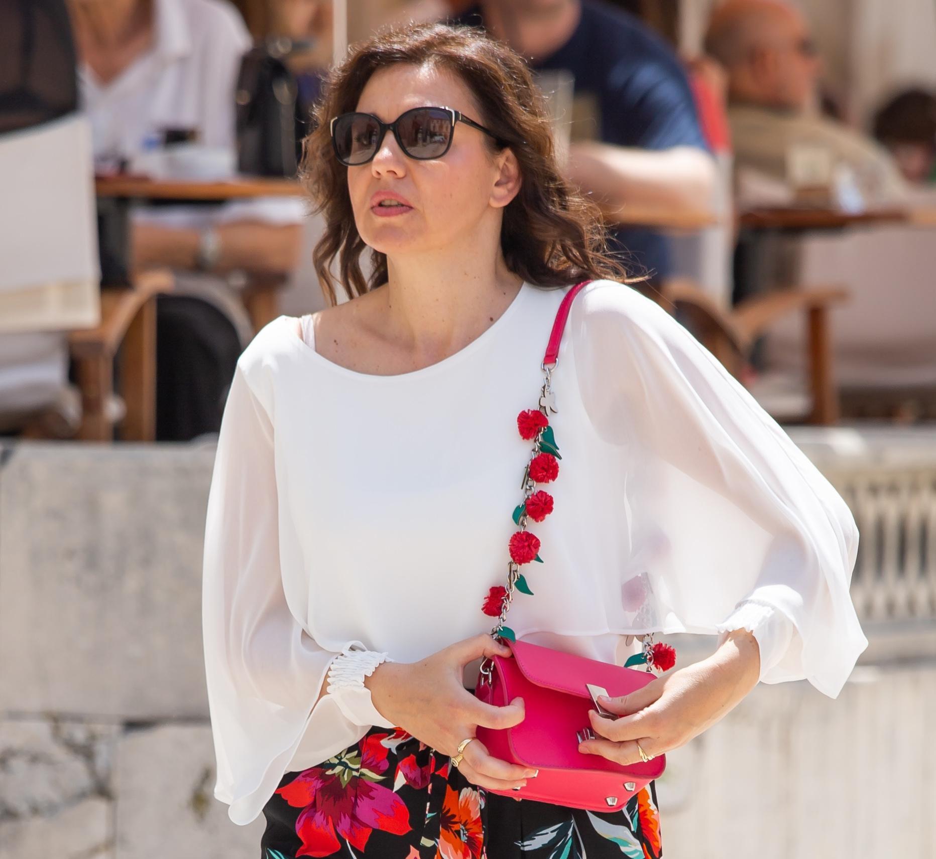 Elegantna u cvjetnom uzorku: Kombinaciji ove dame ne možemo pronaći zamjerku