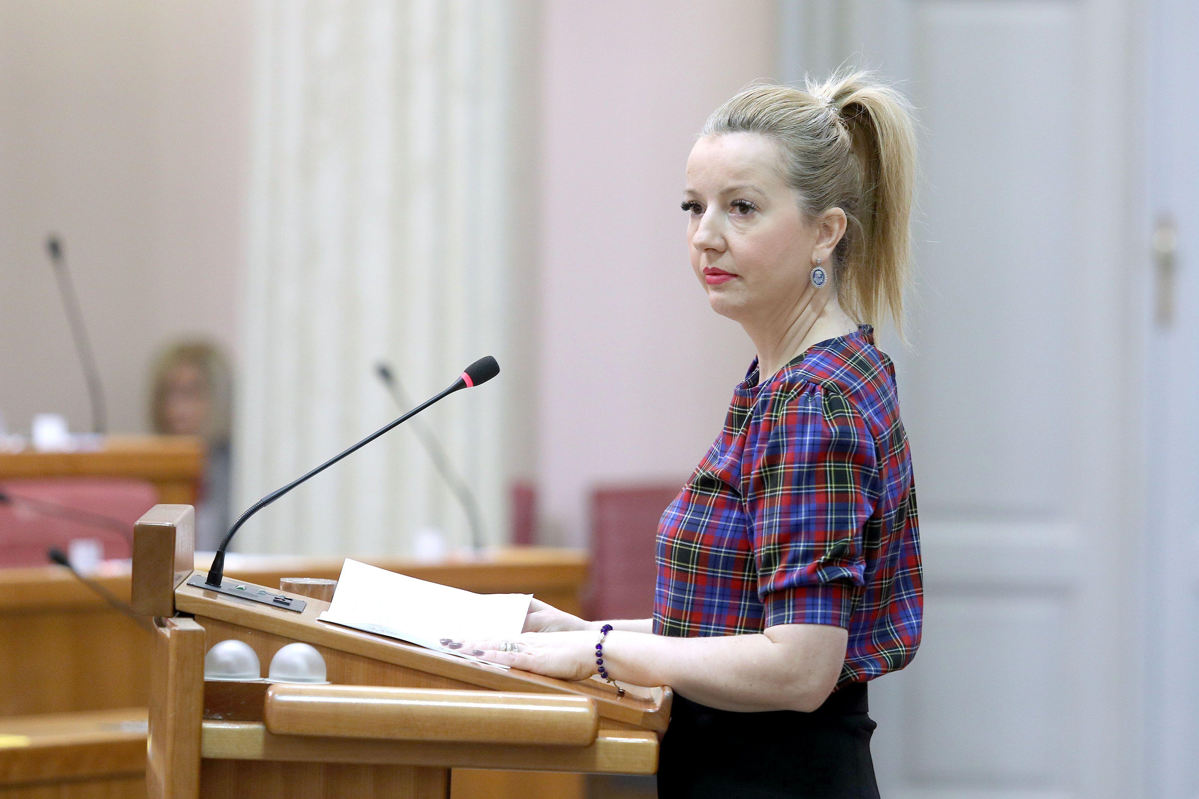 Istaknula figuru: Margareta Mađerić u Saboru nosi trendi top i visoke štikle, a pokazala i novu frizuru