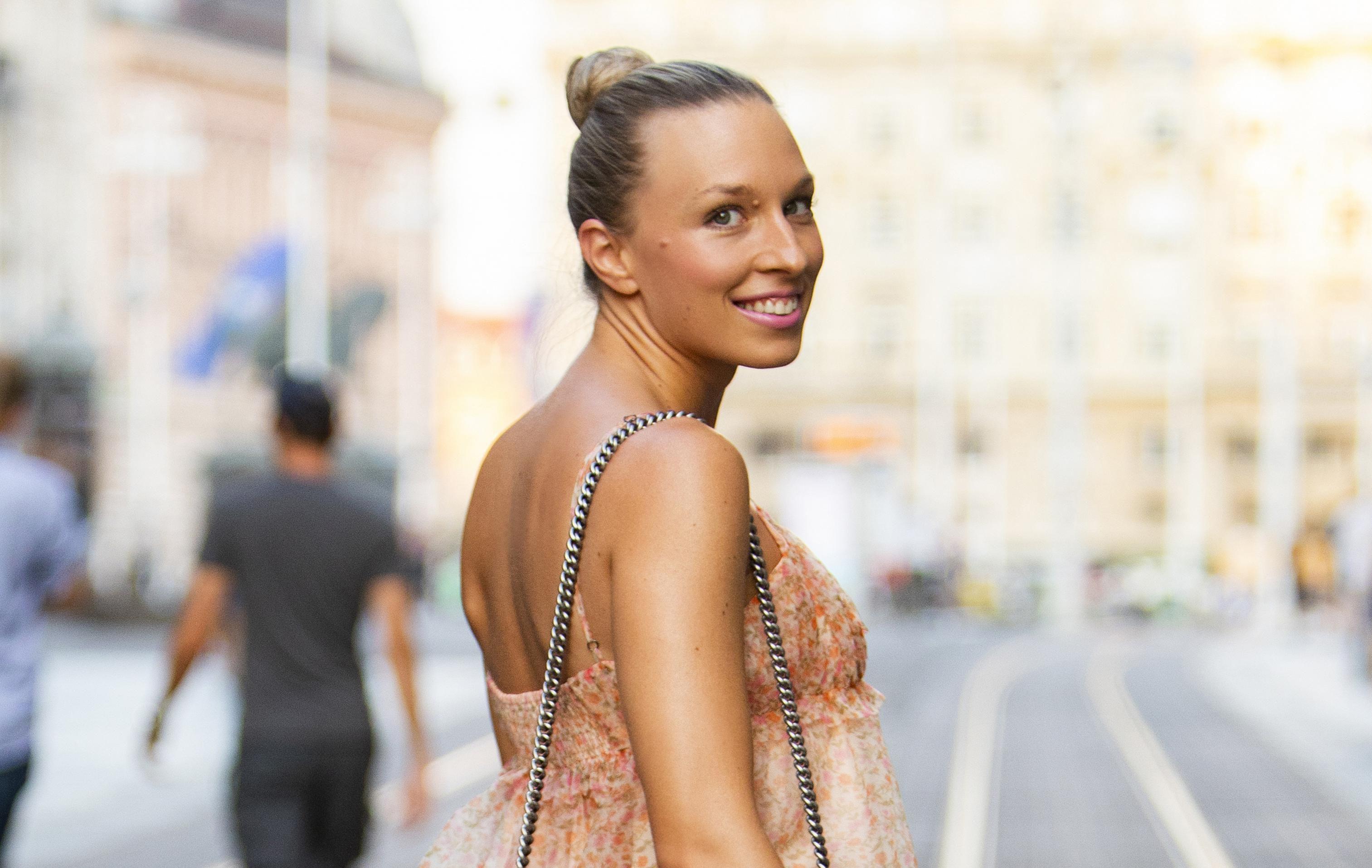 Elegantno i trendi u isto vrijeme: Na prekrasnoj dami sa špice sviđa nam se baš sve, od haljine do hit torbe