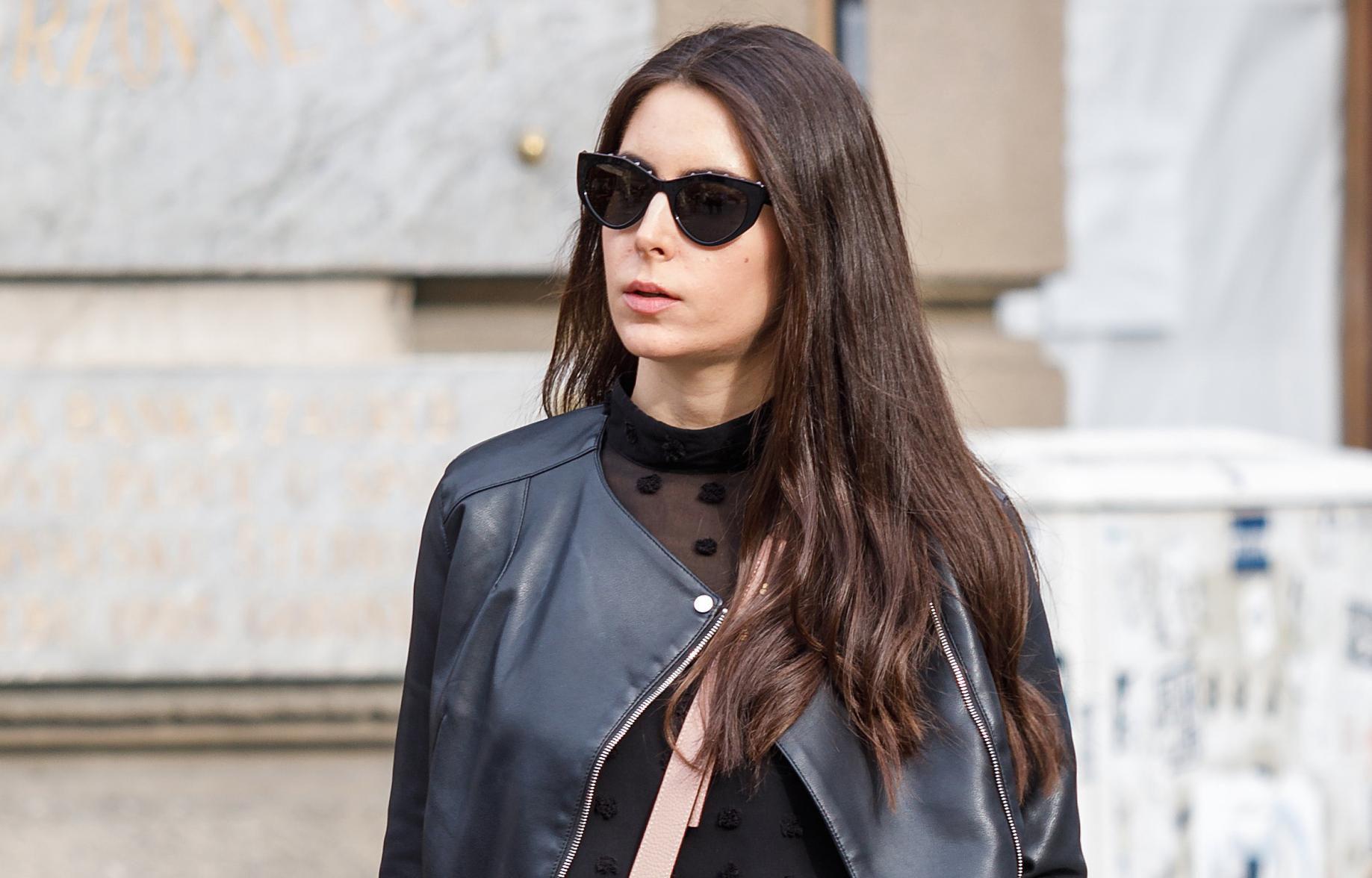 Prekrasna brineta sa špice odlično nosi traperice za koje mnogi kažu da ih nikad ne bi odjenuli