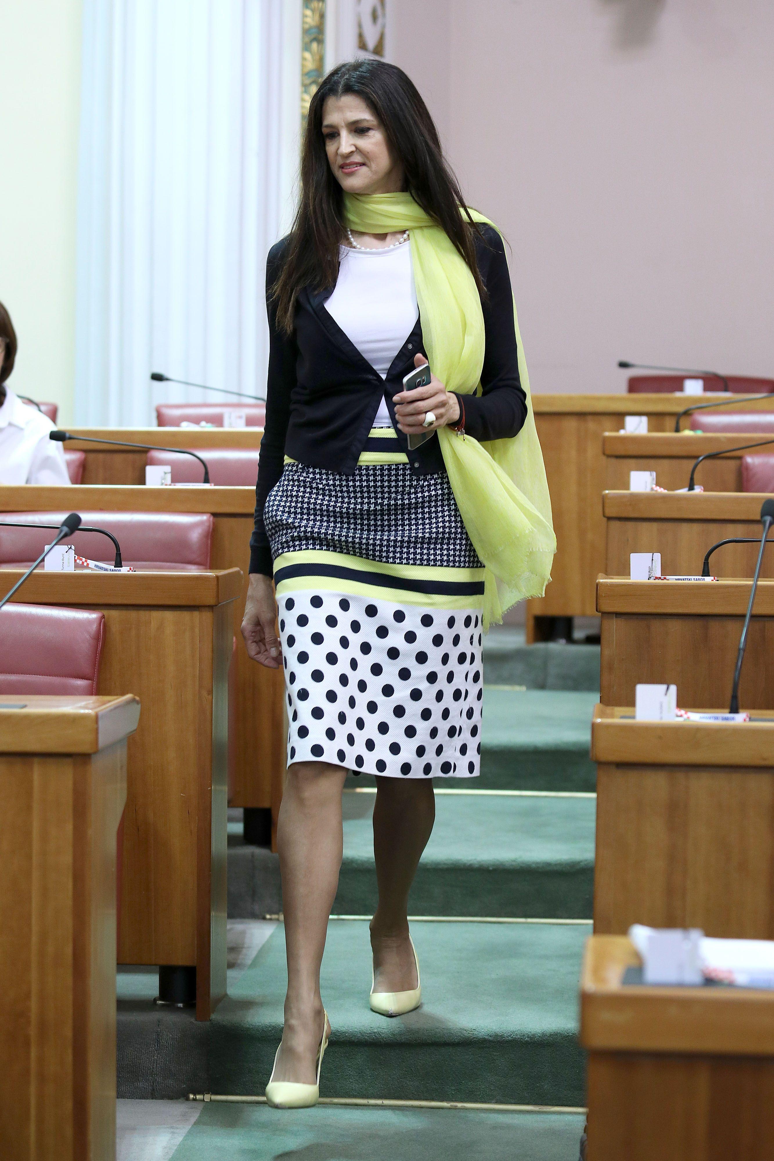 Zastupnica Romana Jerković isfurala je najneobičniji outfit koji smo do sad vidjeli u Saboru
