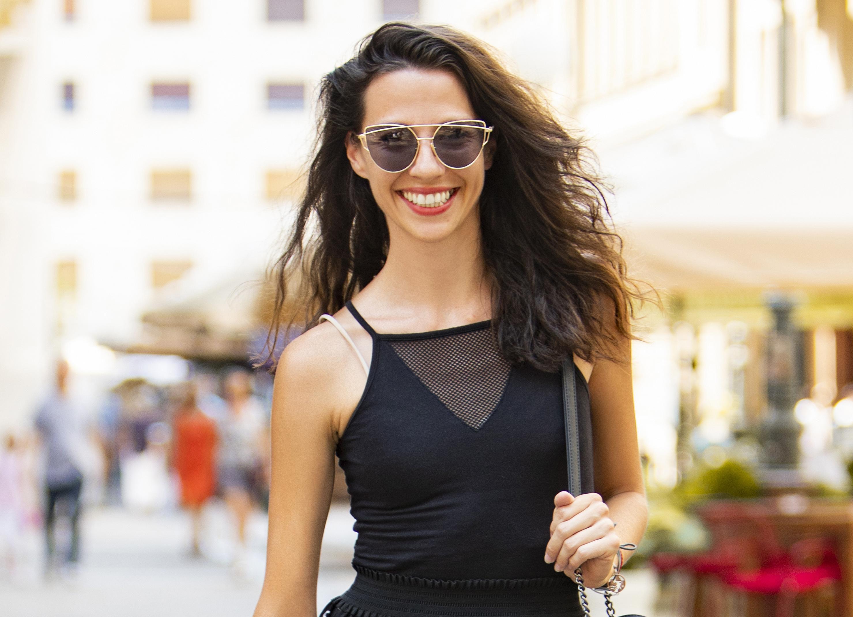 Crno od glave do pete u ljetnim danima? Divna kustosica svakako zna kako nositi takav outfit!