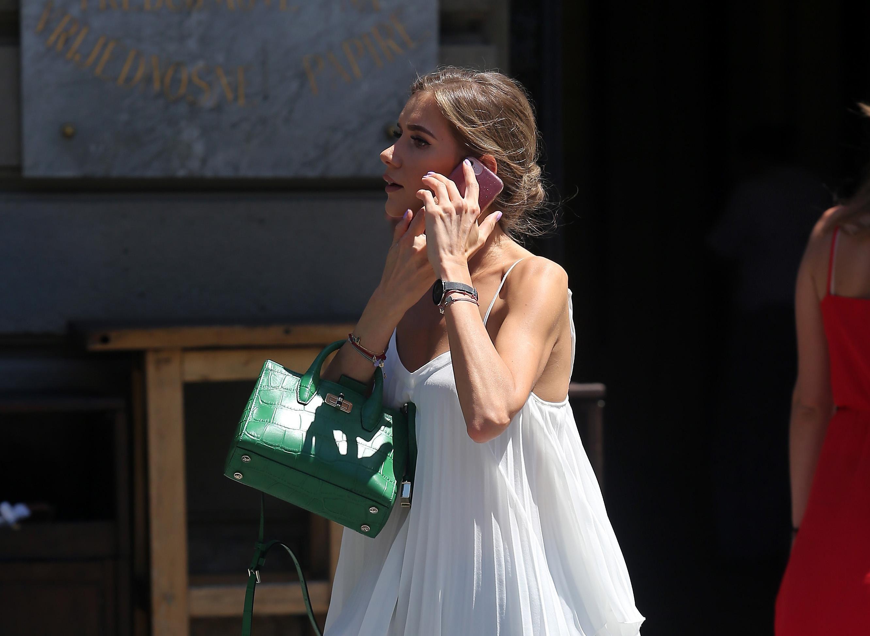 Njena bijela haljinica i trendi tenisice učinile su je zvijezdom zagrebačke špice