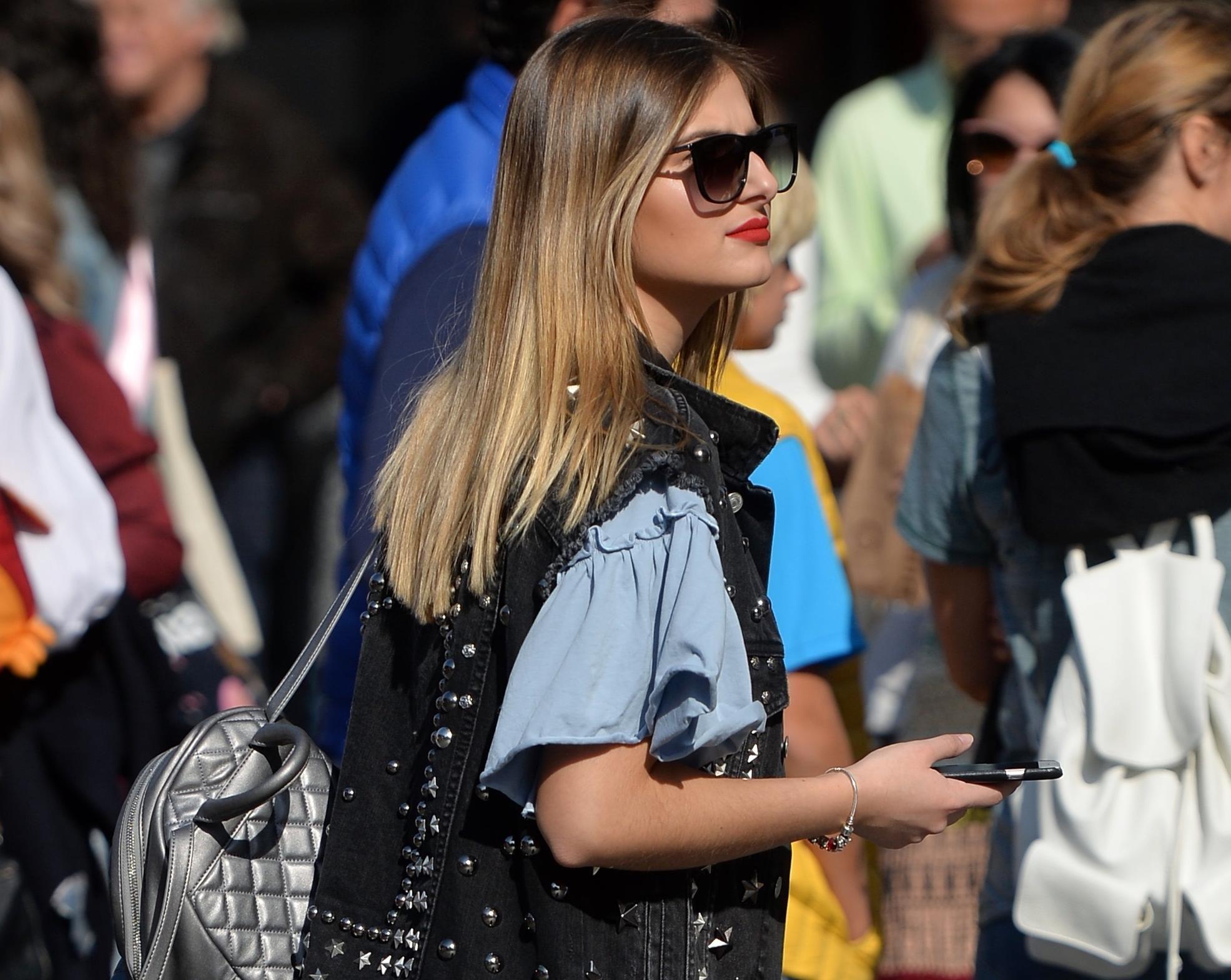 Atraktivna plavuša nosi hit čizme sezone, a mi znamo gdje ih kupiti