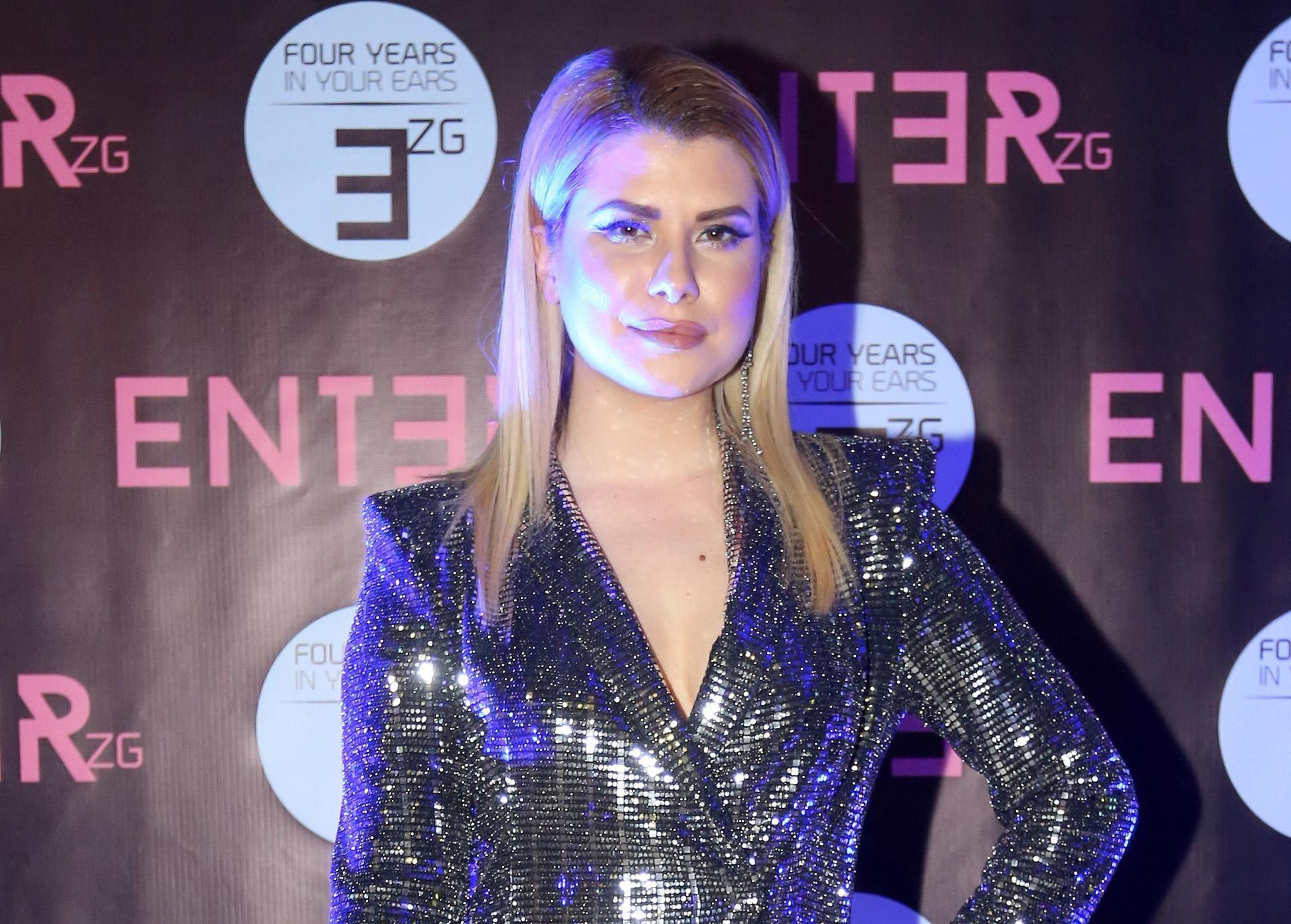 Ecija Ivušić: Izazovne čizme i trendi haljina za seksi dojam