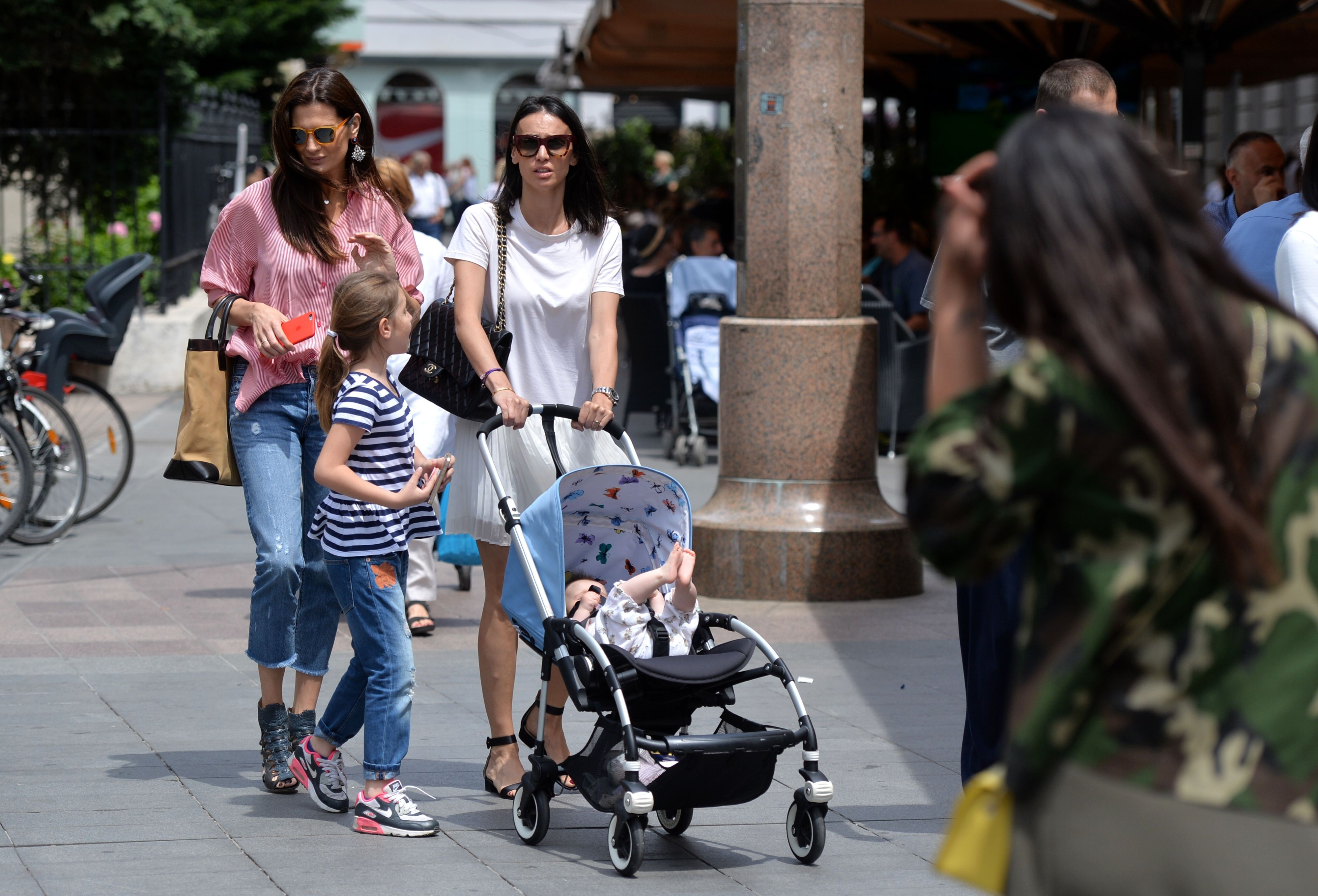 Iva Balaban i Marija Bišćan u šetnji gradom pokazale skupocjene torbe