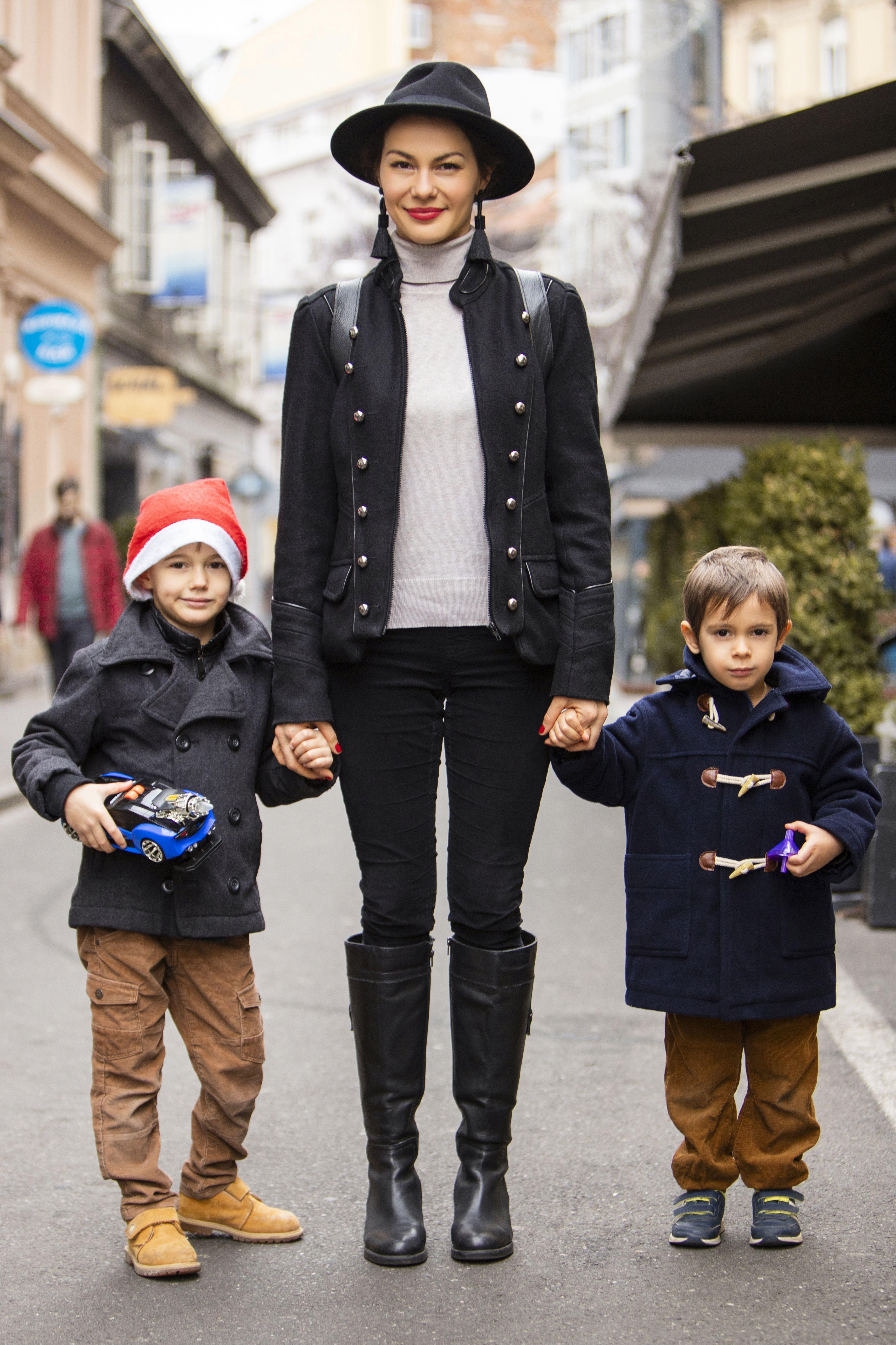Neodoljiv trio: Ova mama prava je maherica u kombiniranju second hand komada