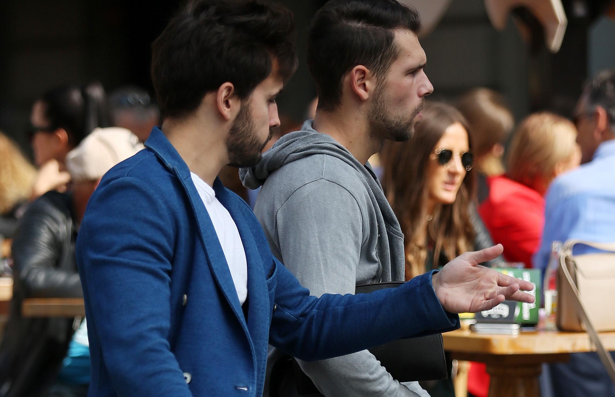 Ovaj frajer na špici nosi hlače kakve se brojni muškarci ne bi usudili nositi
