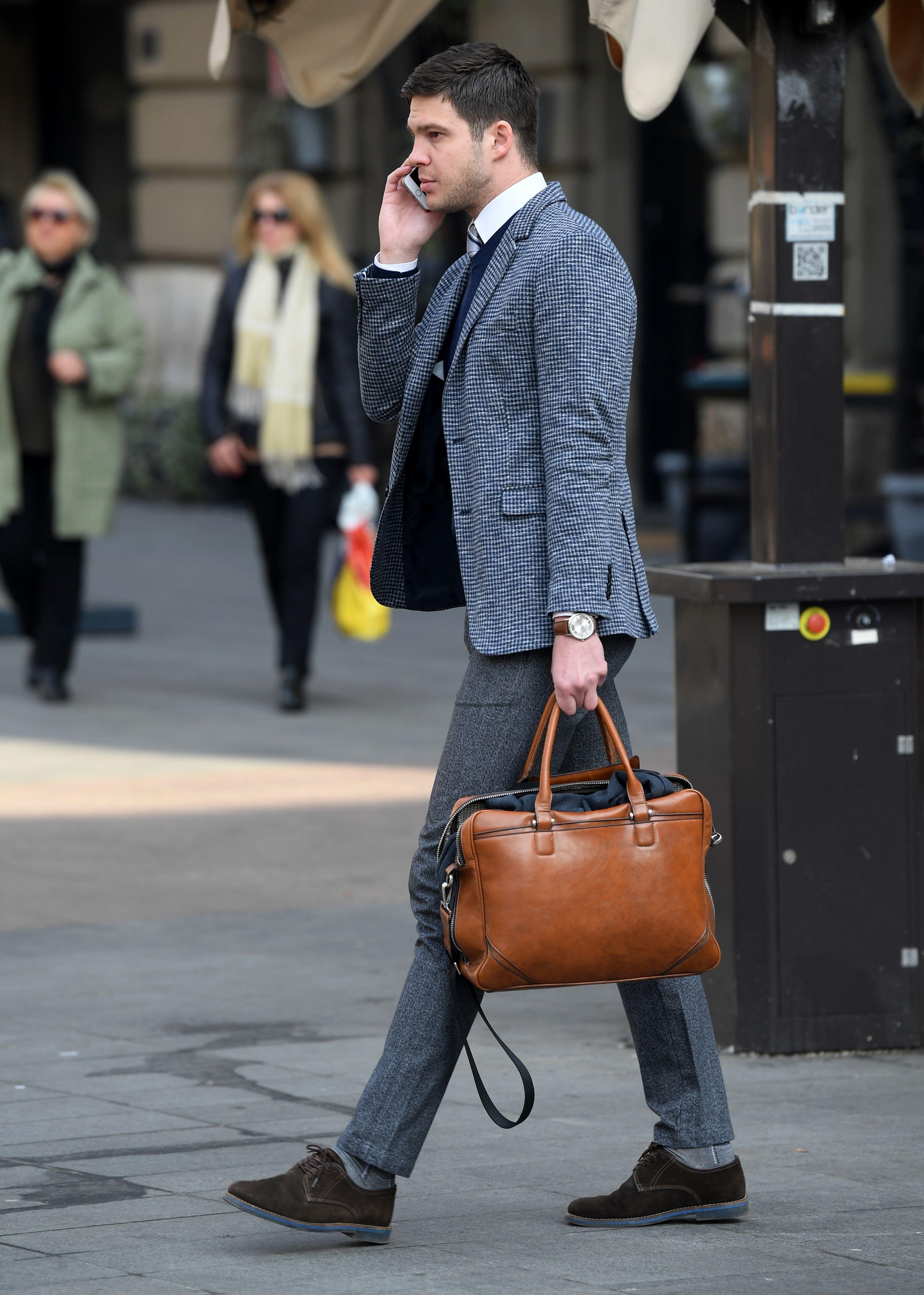 On u poslovnom outfitu izgleda baš kao da je sišao s modne piste, a i torba mu je super