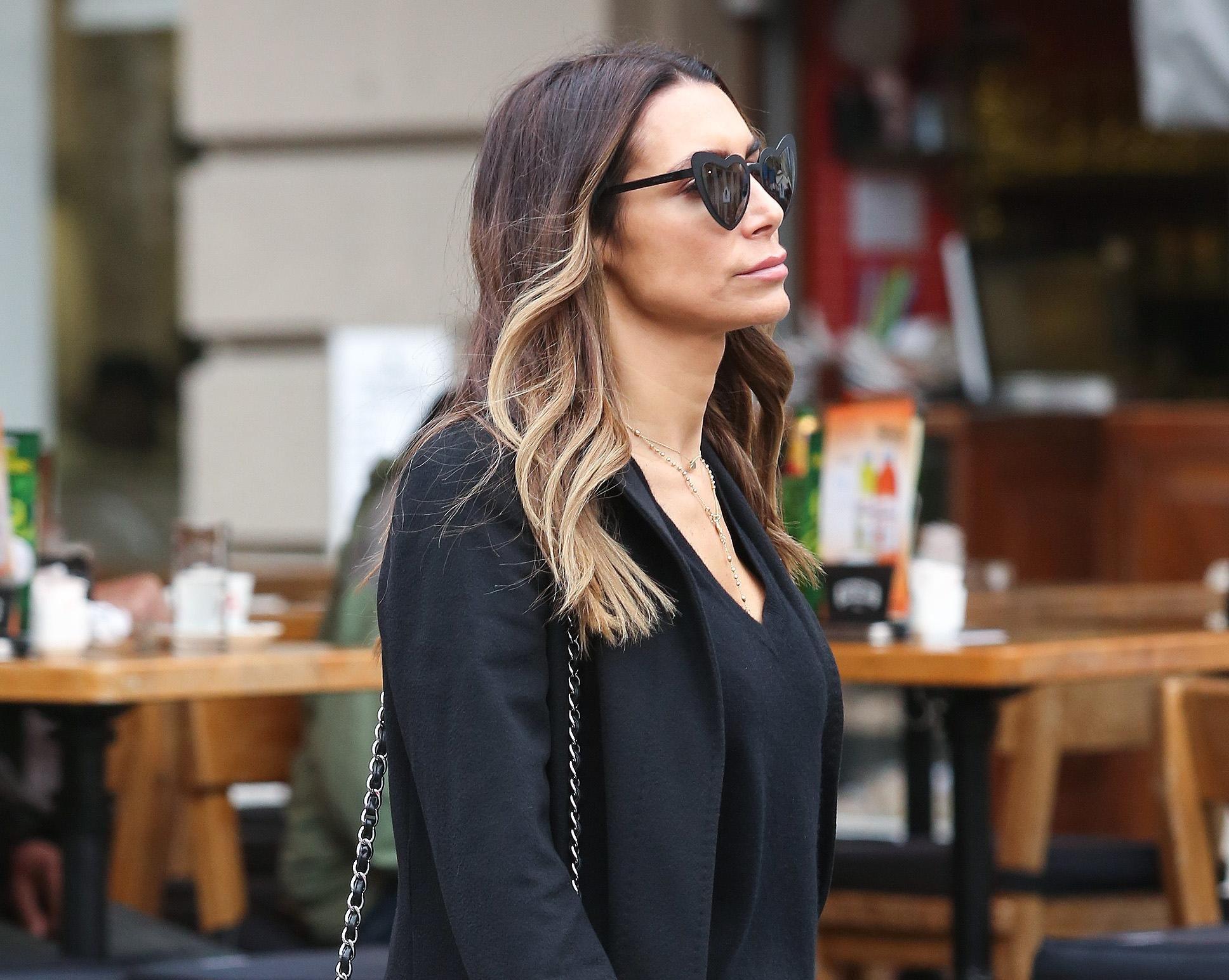 Aktraktivna dama isfurala torbicu koja se nalazi na listama želja brojnih trendseterica
