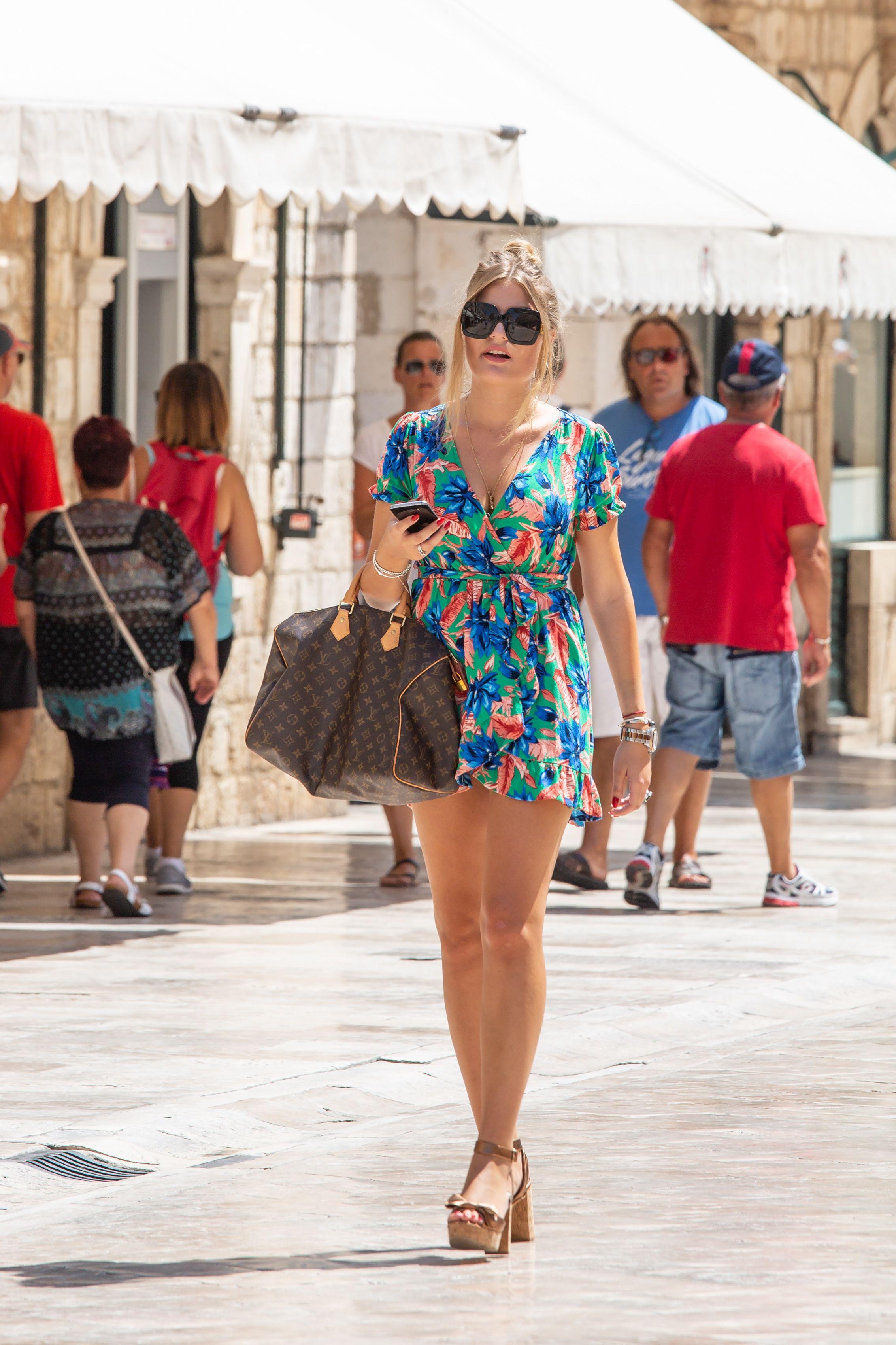 Jesu li se velike torbe s logom Louis Vuitton vratile u modu? Djevojke ih baš vole