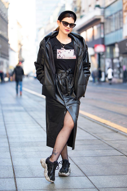 Brineta u crnom od glave do pete pokazala je da fashionistice i dalje obožavaju omražene tenisice
